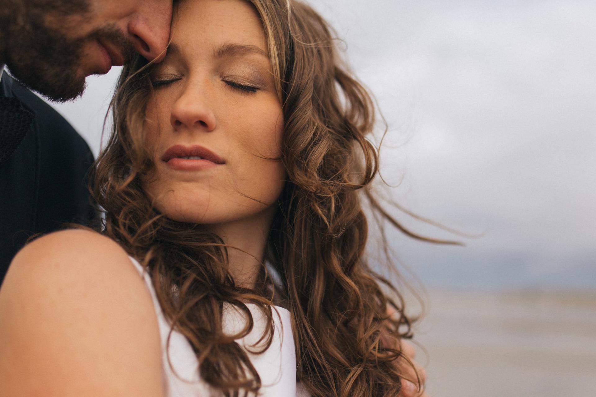 Elopement romantische Hochzeit Nordsee Strand Elfenkleid SPO Verliebtes Paar