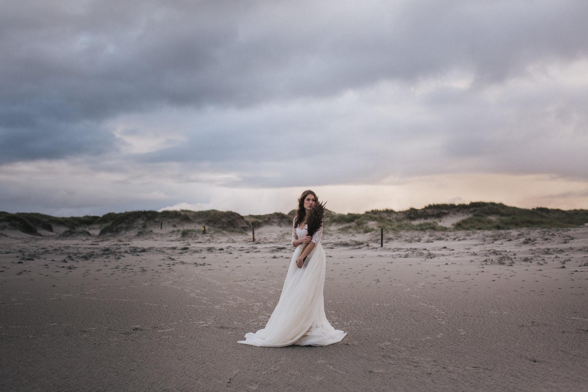 Hochzeitsfotografie Nordsee Brautkleid Inspiration Fotoshoot Braut Strand Meer Elfenkleid Hochzeit