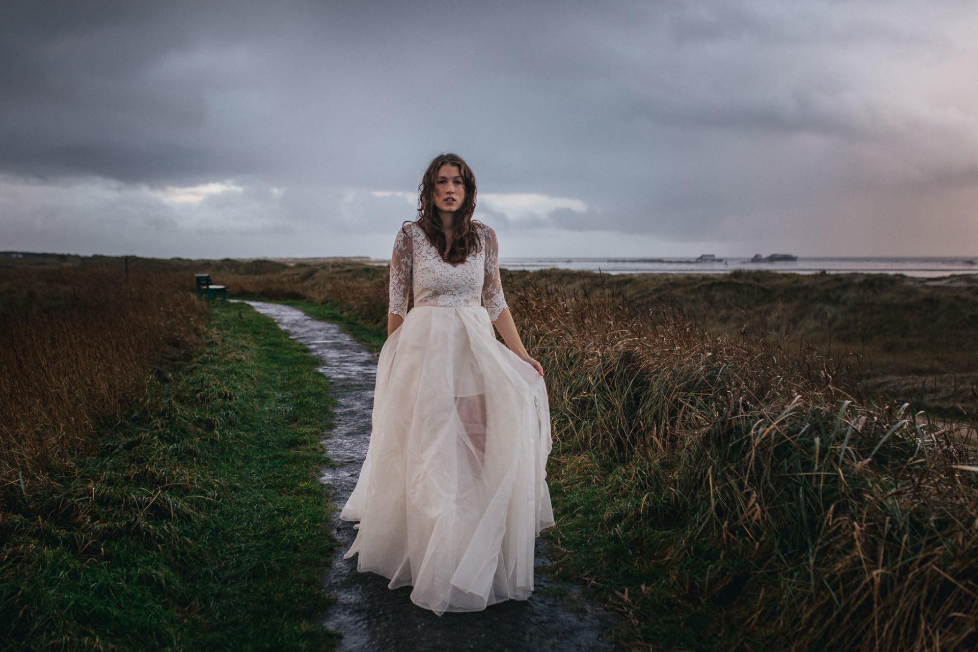 Hochzeitsfotograf Sankt Peter Ording Brautkleid Beach Motel Fotoshoot Strand Herbst Elfenkleid