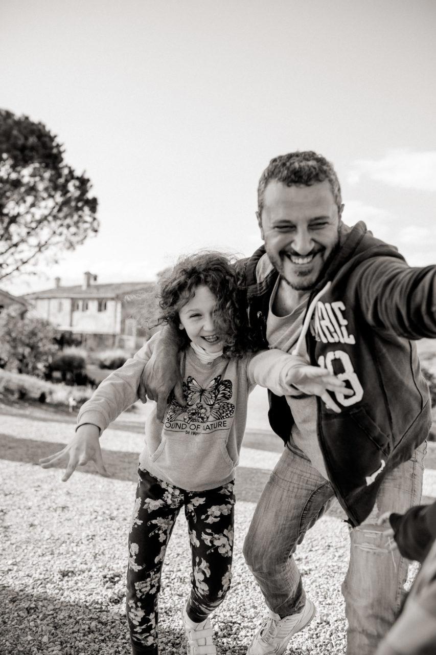 Family Fusion Italien-italienischer Spirit-Dimora Santa Margherita-Ungestellte Familienbilder-familienfotograf Stuttgart-Vater Tochter Liebe