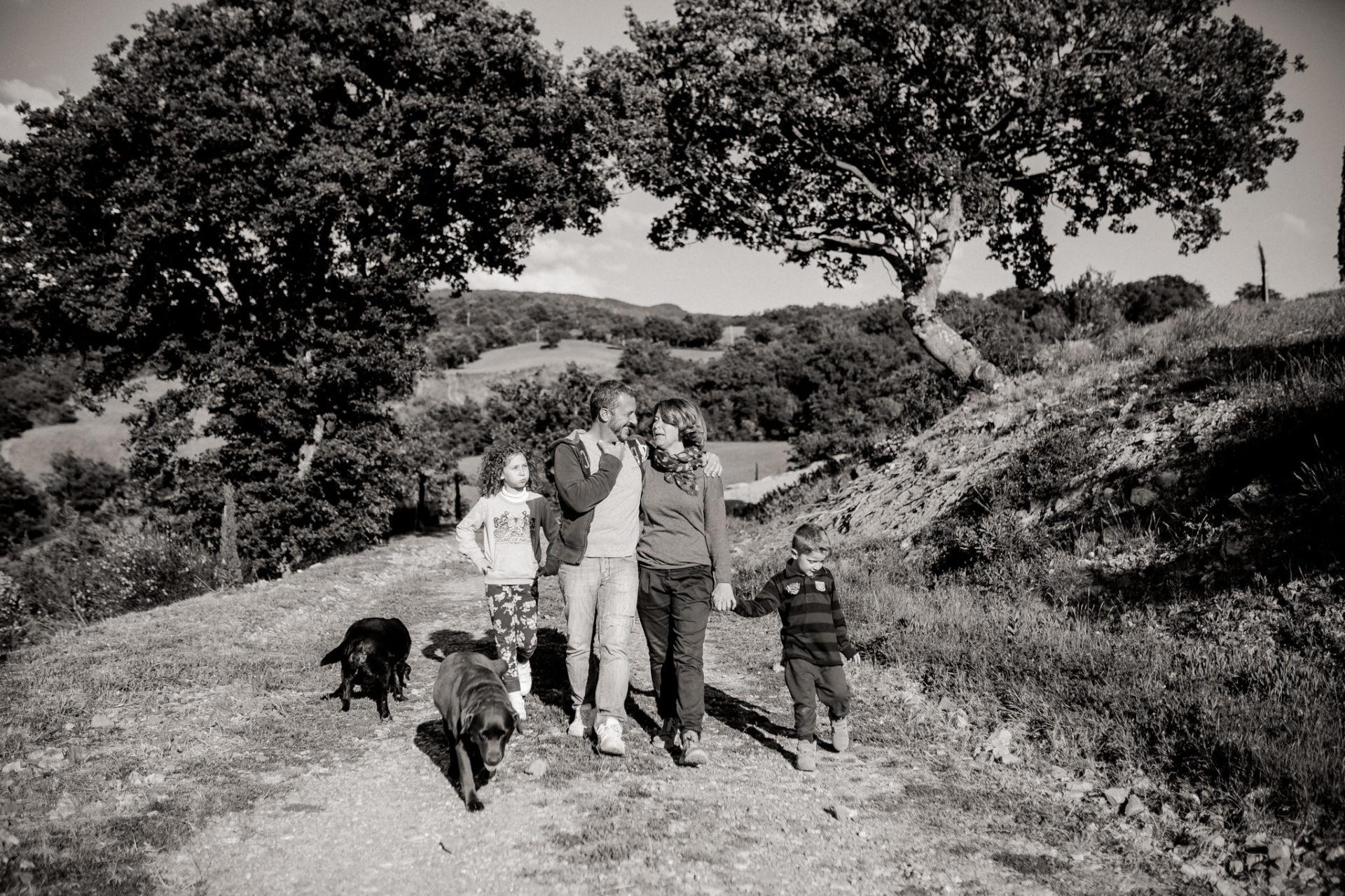 Family Fusion Italien-italienischer Spirit-Dimora Santa Margherita-Ungestellte Familienbilder-familienfotograf Stuttgart-Familie mit Hund-Labrador