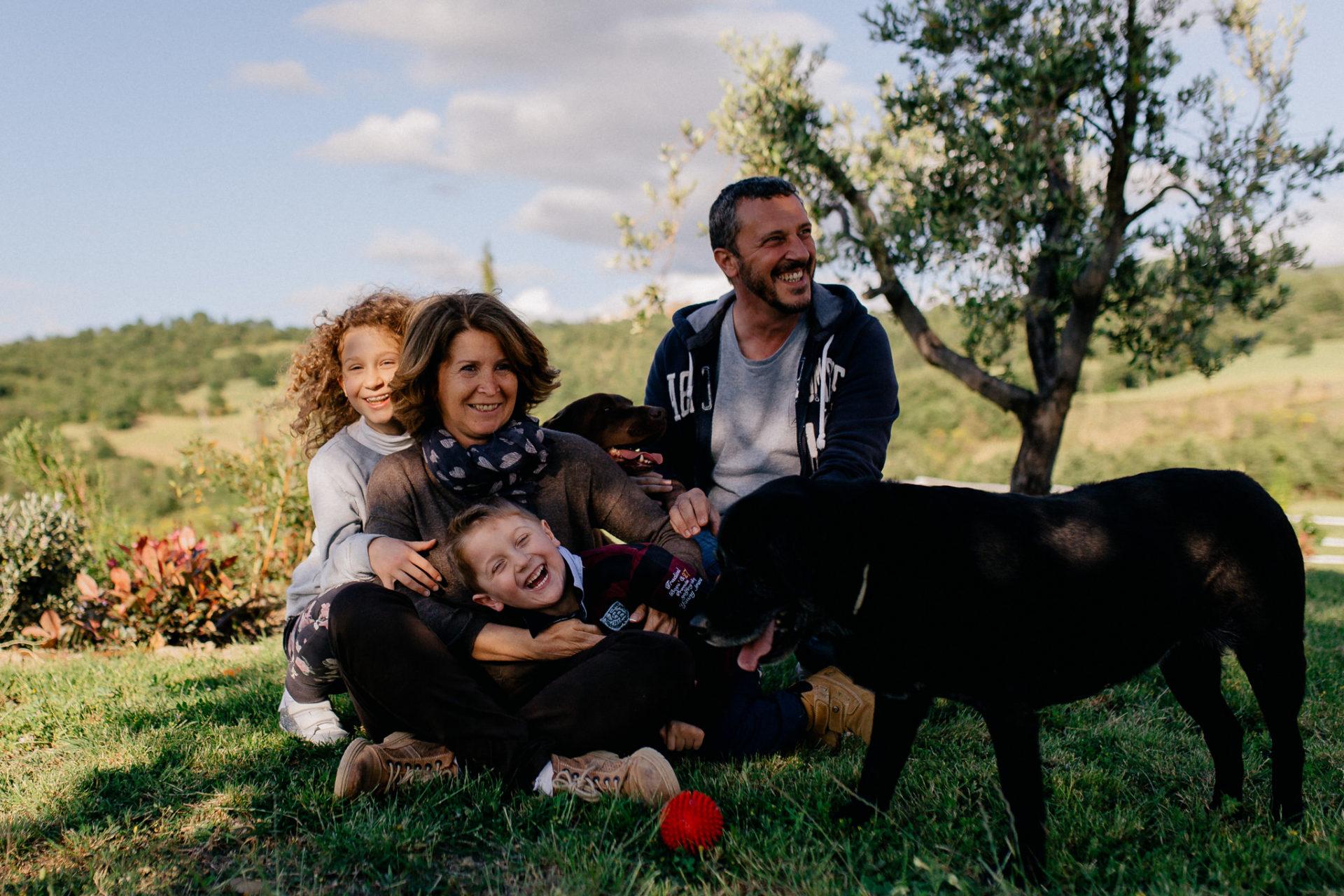 Familienbilder Urlaub-Family Fusion Italien-lebhafte Familie-italienischer Spirit-Dimora Santa Margherita-Ungestellte Familienbilder-familienfotograf Stuttgart-Familie mit Hund-Labrador