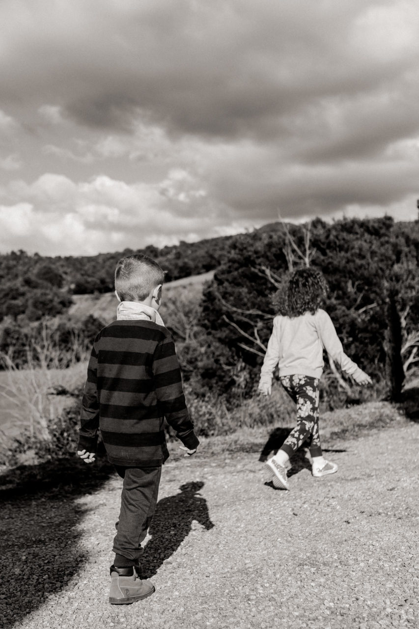 Familienfotos im Urlaub Toskana-Dimora Santa Margherita-Kinderportraits-Geschwisterliebe-Familienfotograf Stuttgart