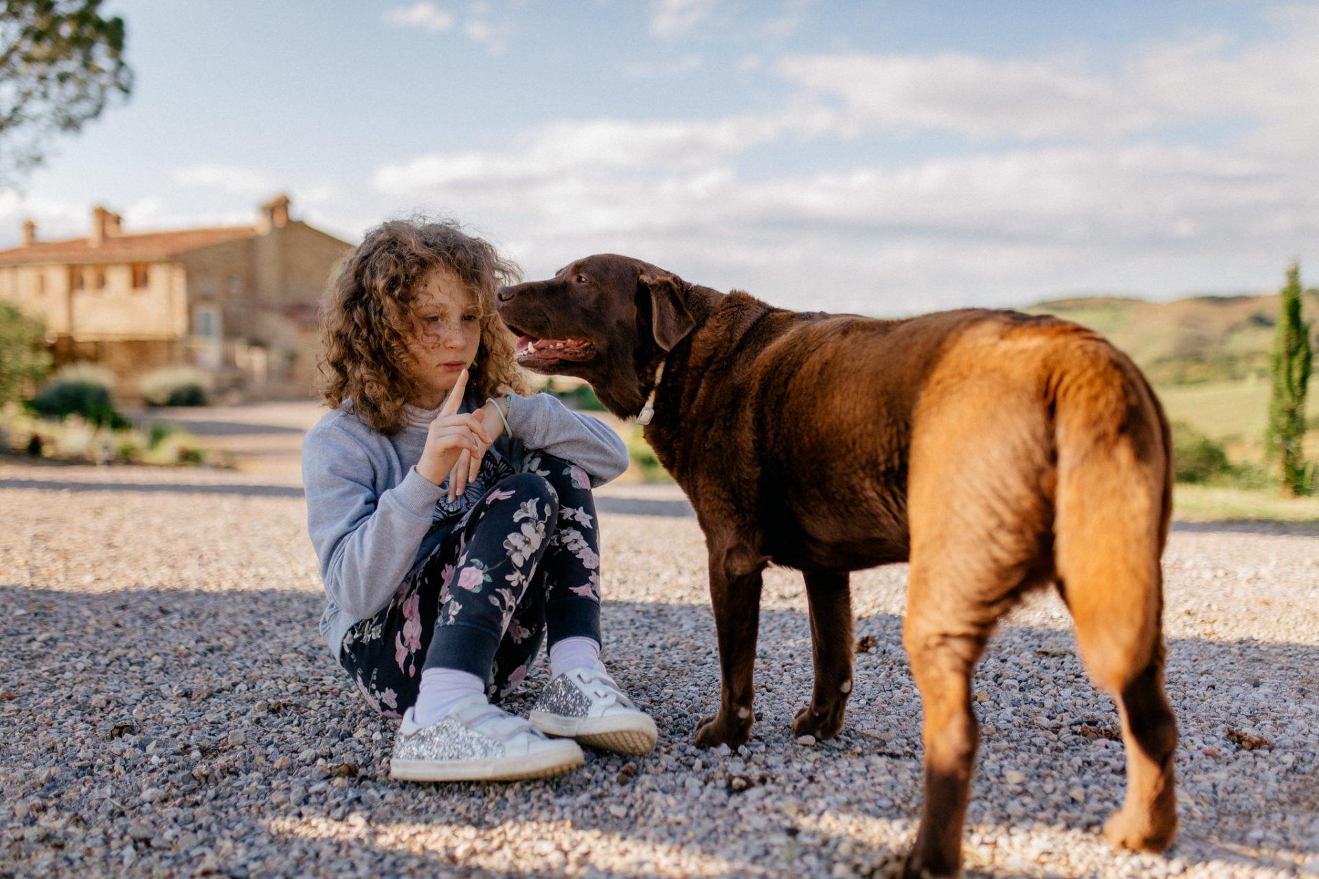 Familienbilder Urlaub-Family Fusion Italien-lebhafte Familie-italienischer Spirit-Dimora Santa Margherita-Ungestellte Familienbilder-Labrador Familienhund