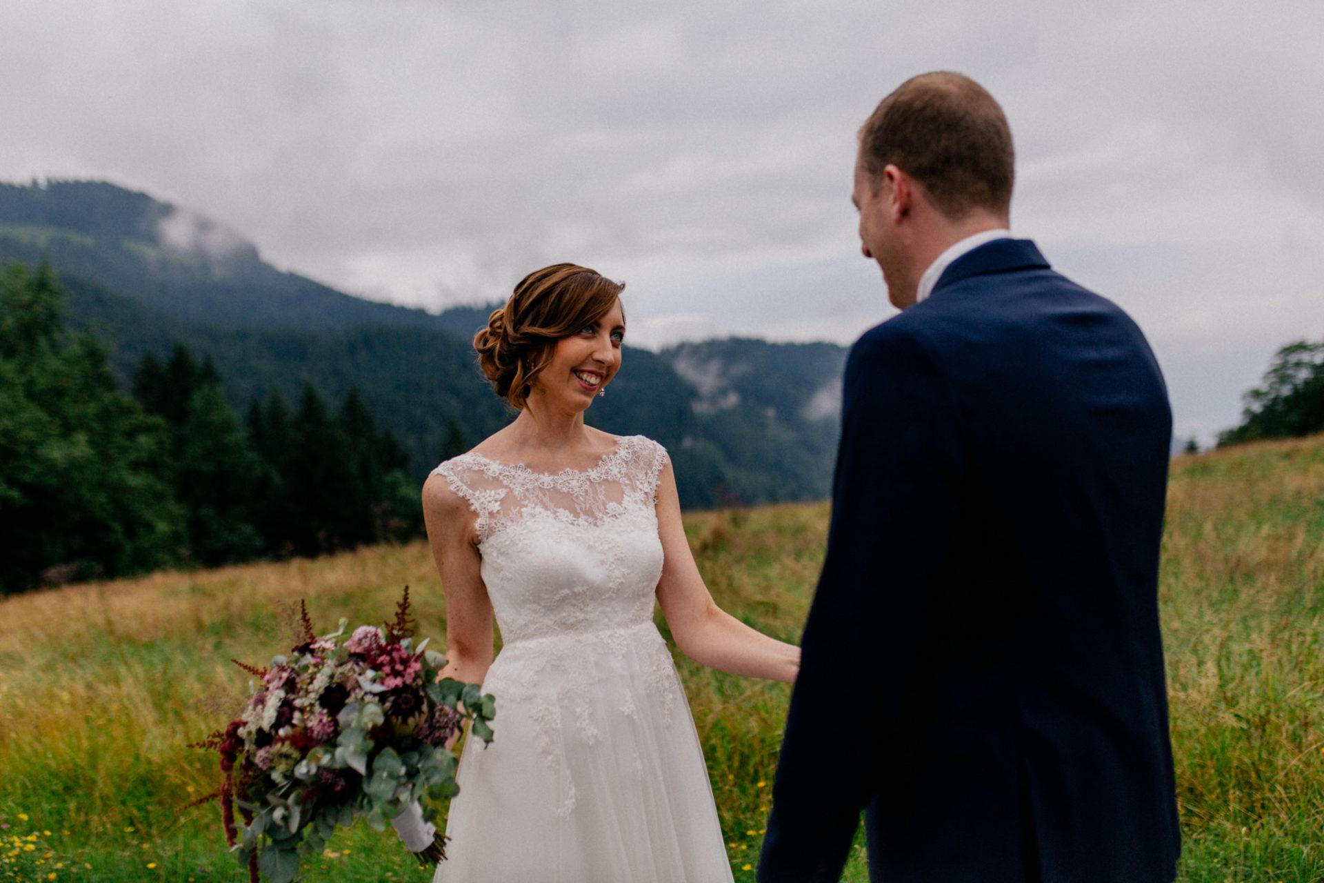 Hochzeitsfotograf Vorarlberg-Hüttenhochzeit-brautpaar first look