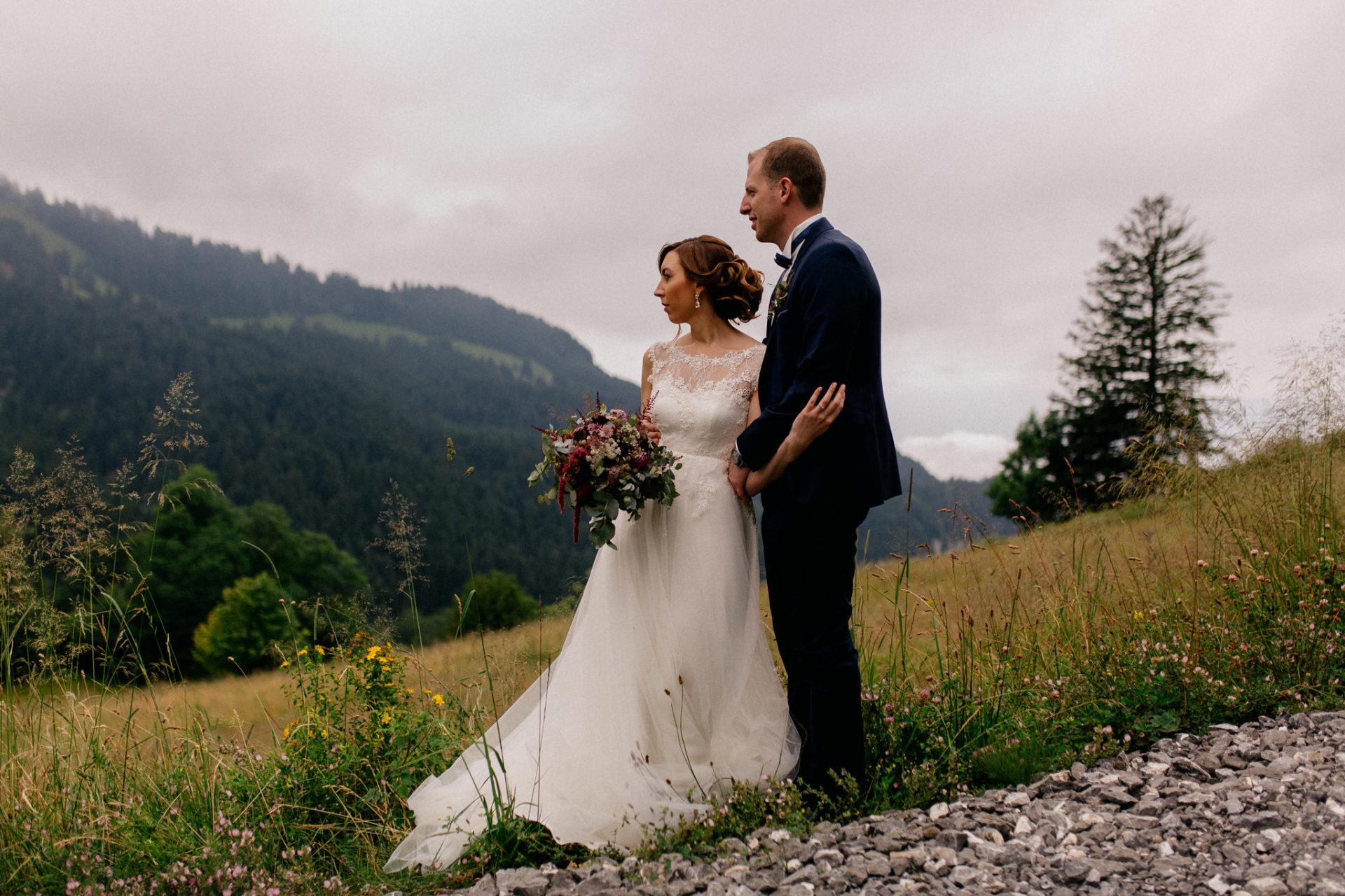 Hochzeitsfotograf Vorarlberg-Hüttenhochzeit-brautpaar portrait