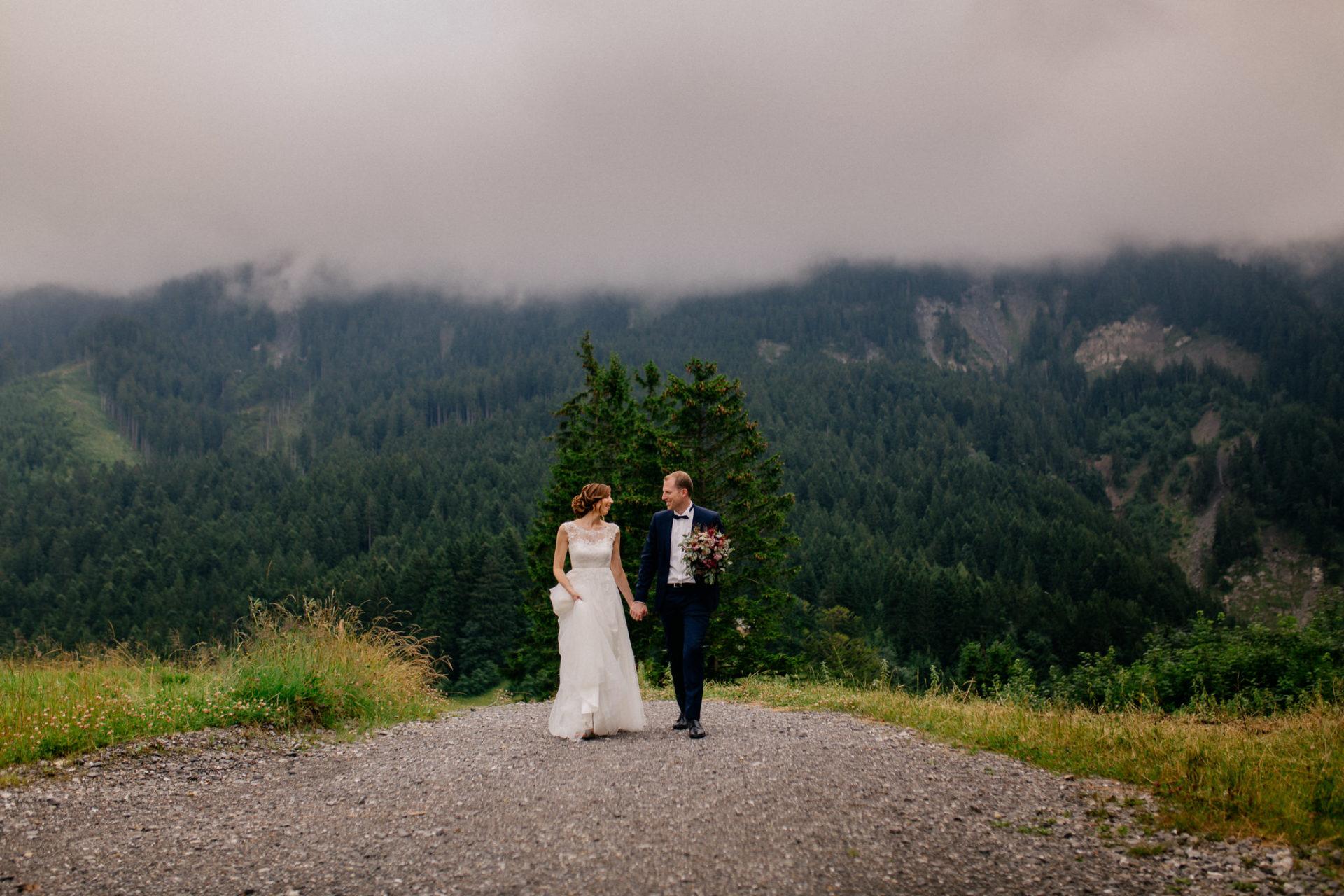 Hochzeitsfotograf Vorarlberg-Hüttenhochzeit-brutpaar portrait neben