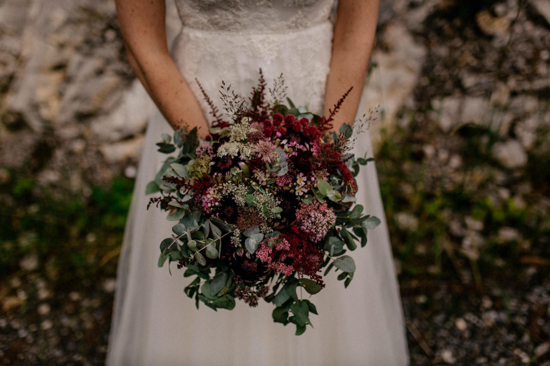 Hochzeitsfotograf Vorarlberg-Hüttenhochzeit-brautstrauß Eukalyptus protea
