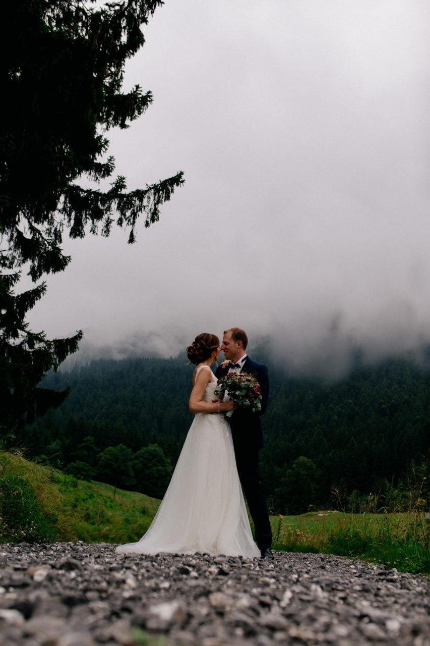 Hochzeitsfotograf Vorarlberg-Hüttenhochzeit-brautpaar portrait nebel