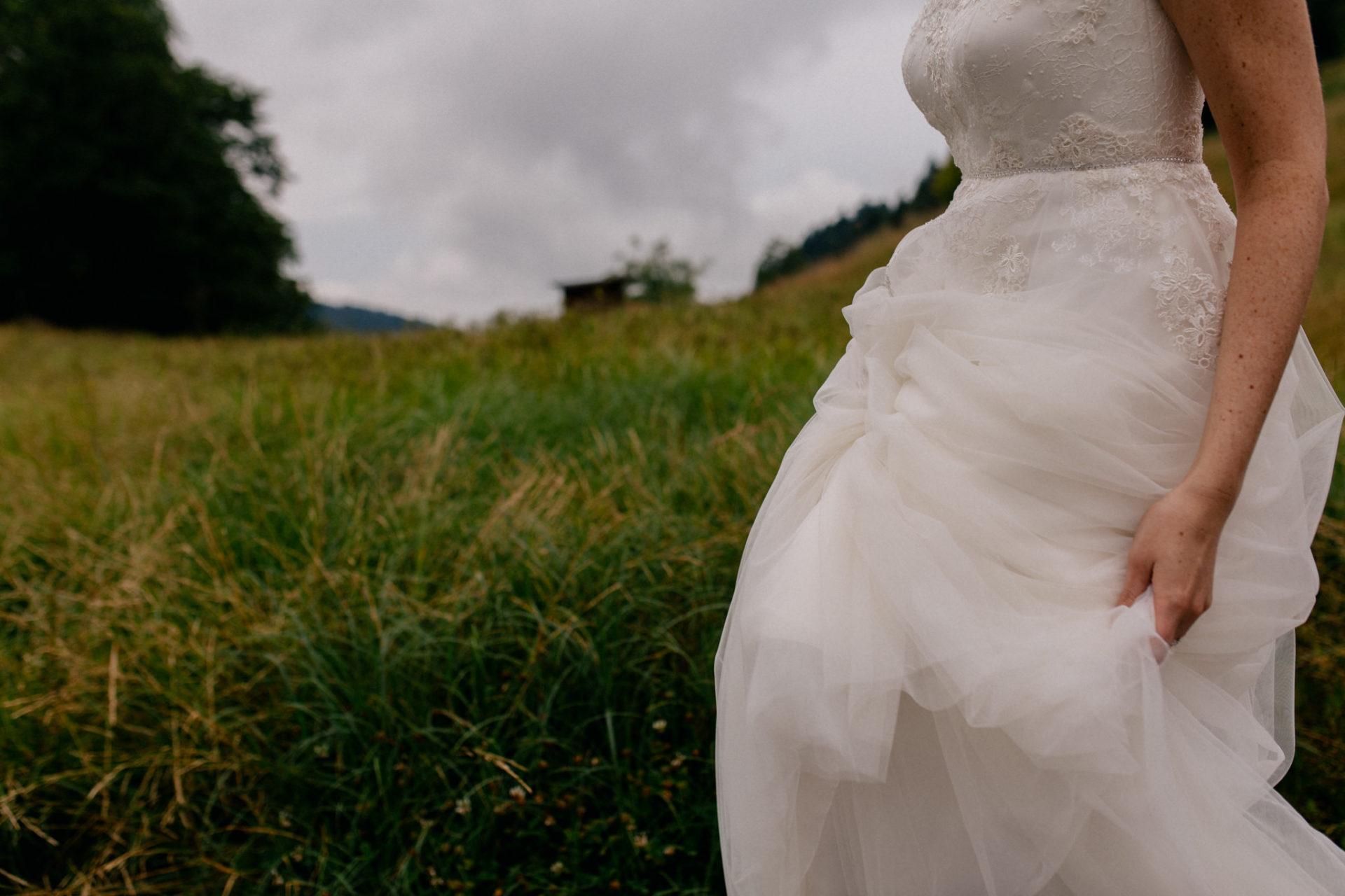 Hochzeitsfotograf Vorarlberg-Hüttenhochzeit-Brautkleid