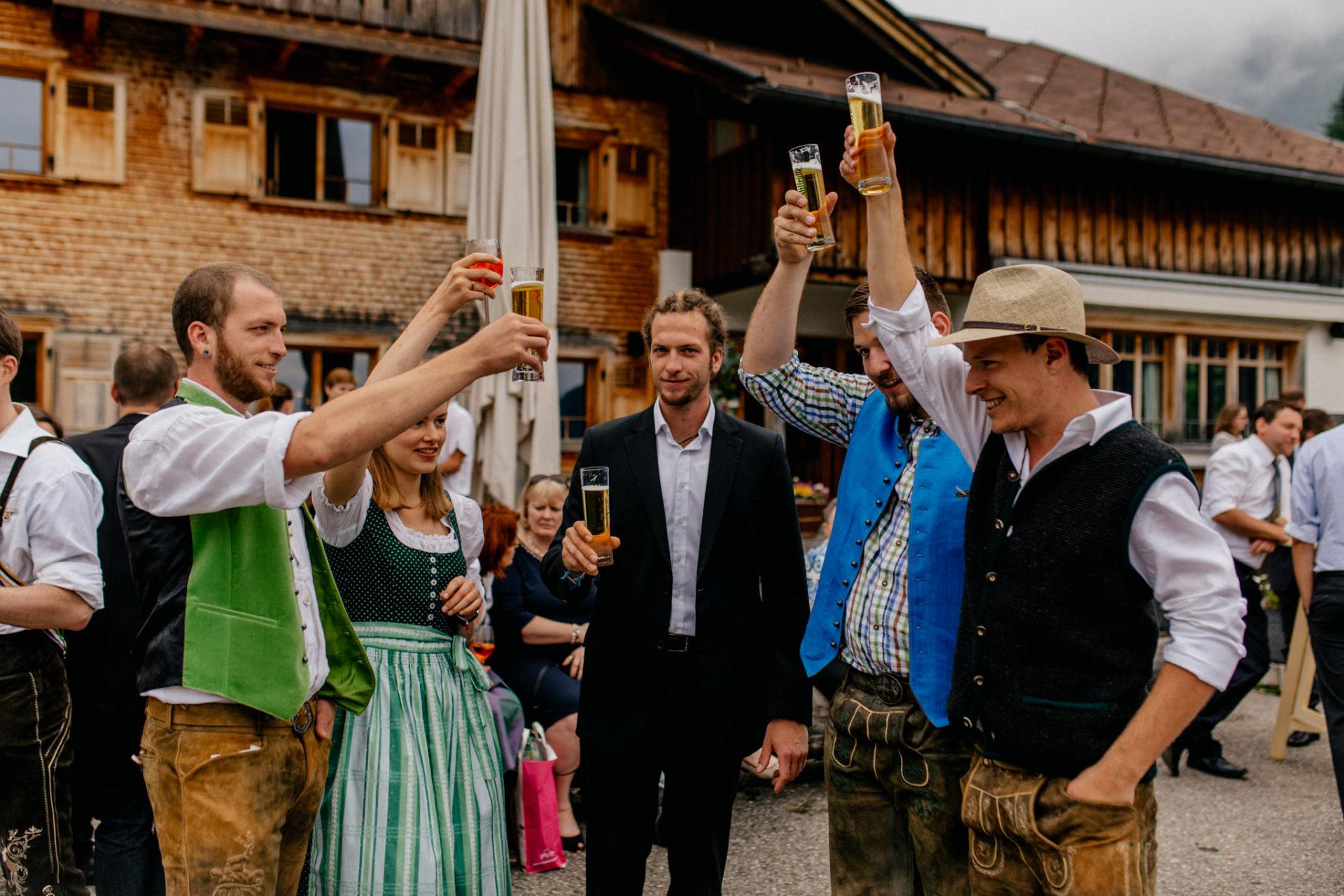 Hochzeitsfotograf Vorarlberg Millruette-Hüttenhochzeit-Sektempfang