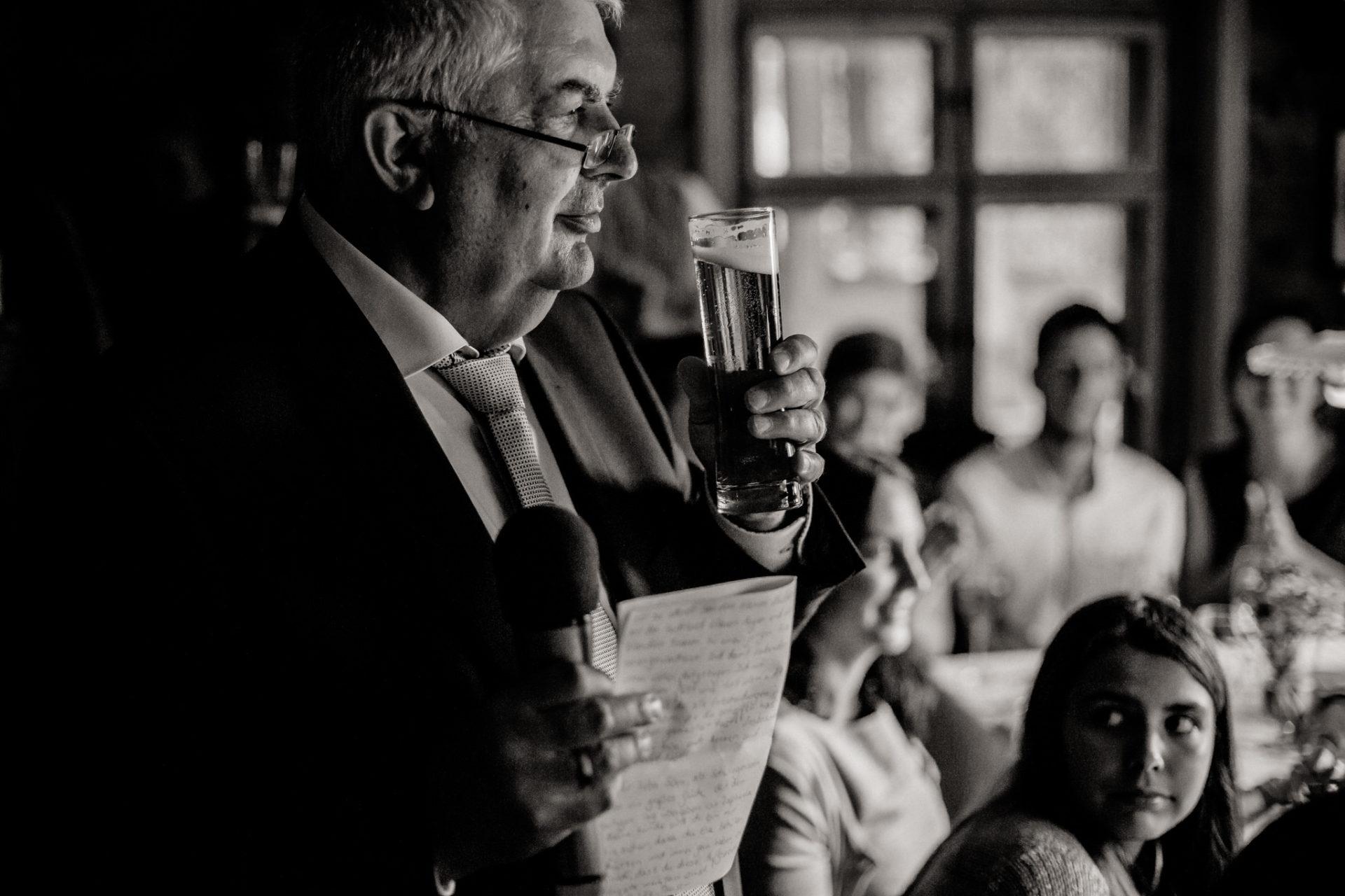 Hochzeitsfotograf Vorarlberg Millruette-Hüttenhochzeit-rede brautvater