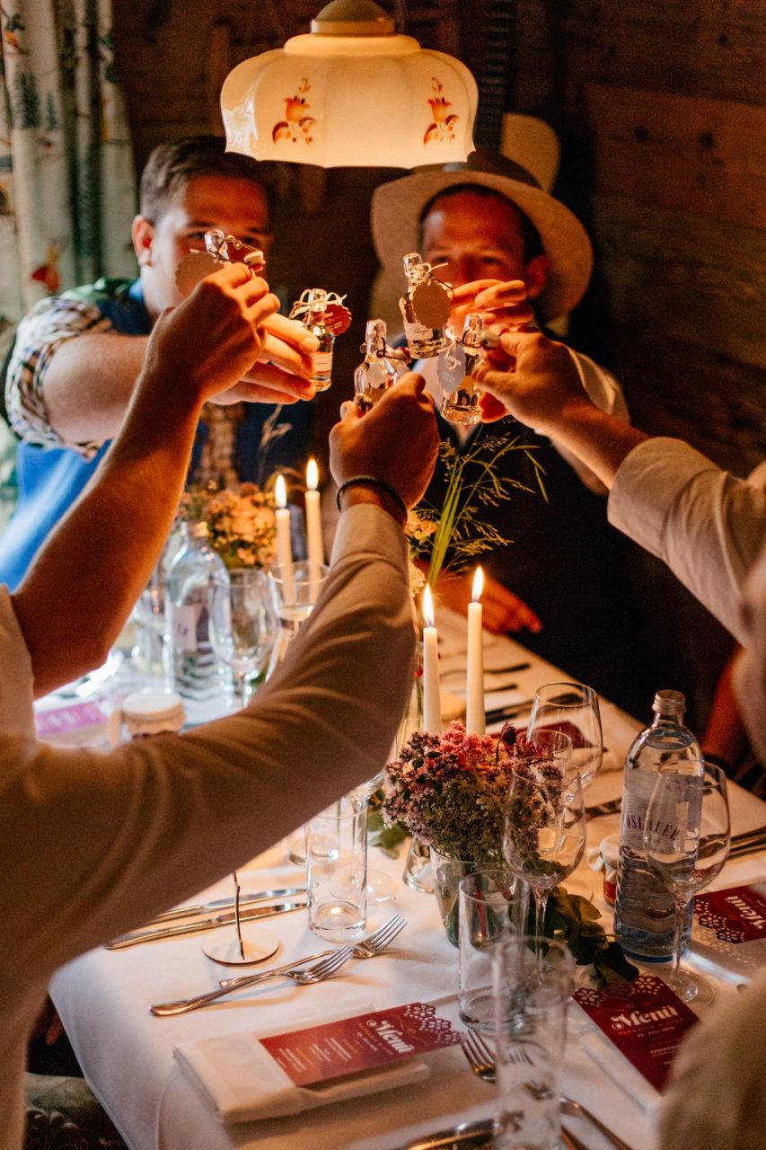 Hochzeitsfotograf Vorarlberg Millruette-Hüttenhochzeit-anstoßen