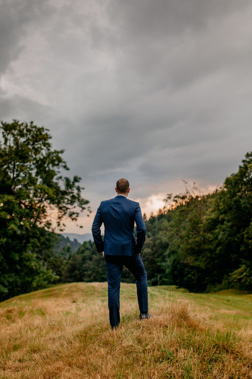 Hochzeitsfotograf Vorarlberg Millruette-Hüttenhochzeit-portrait Bräutigam sonnenuntergang