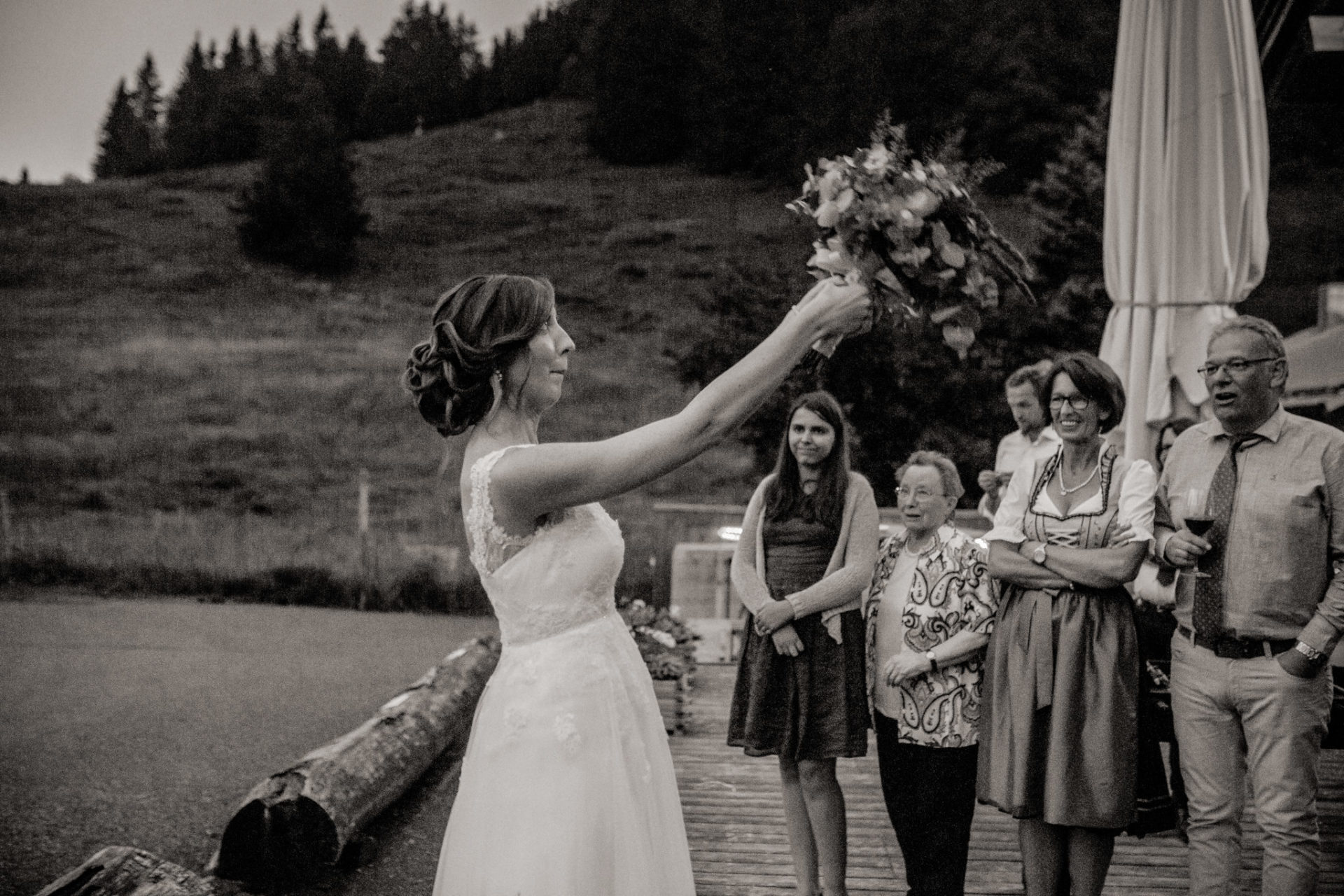 Hochzeitsfotograf Vorarlberg Millruette-Hüttenhochzeit-Brautstraußwerfen