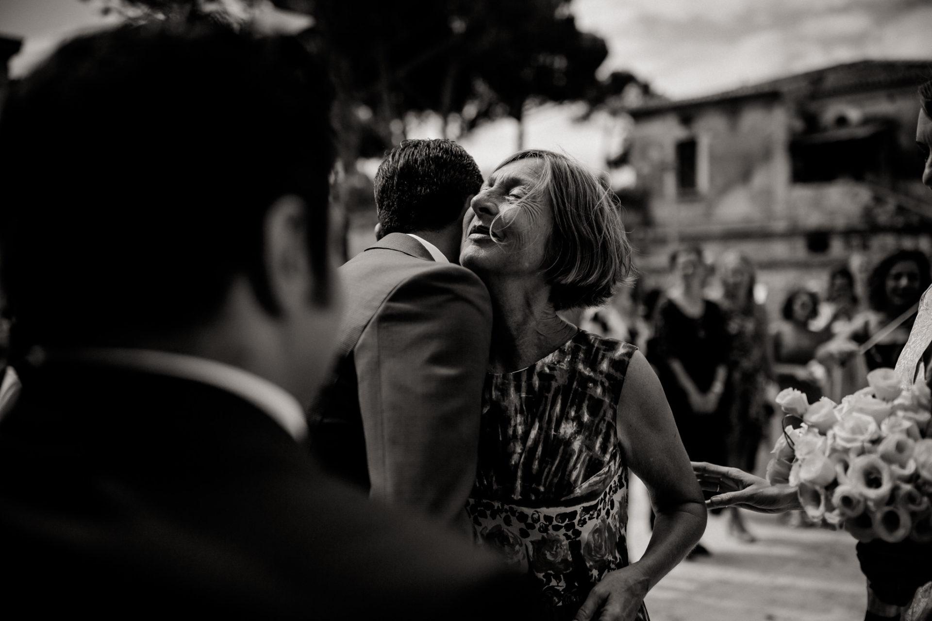 Hochzeitsfotograf Amalfi Küste-heiraten Italien-Paestum Hochzeit-Brautmutter gratuliert