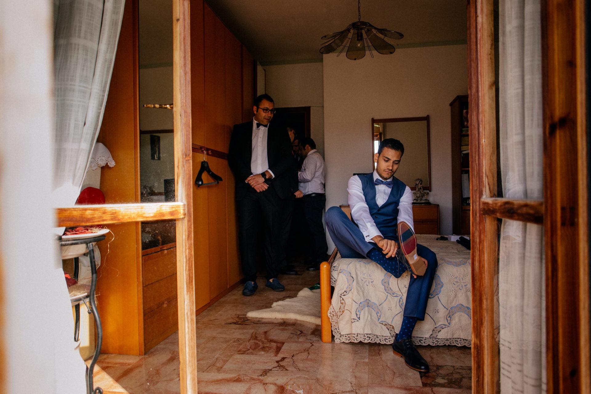 Hochzeitsfotograf Amalfi Küste-heiraten Italien-Paestum Hochzeit-braeutigam getting ready