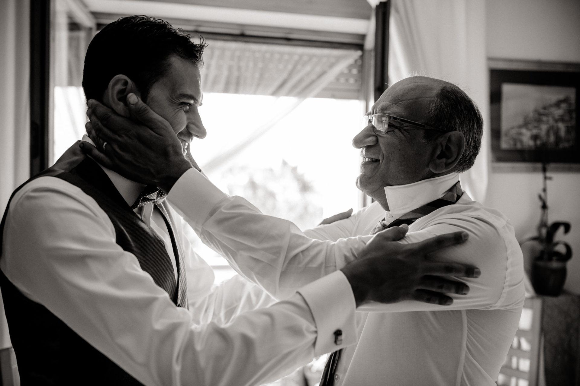 Hochzeitsfotograf Amalfi Küste-heiraten Italien-Paestum Hochzeit-braeutigam und Vater