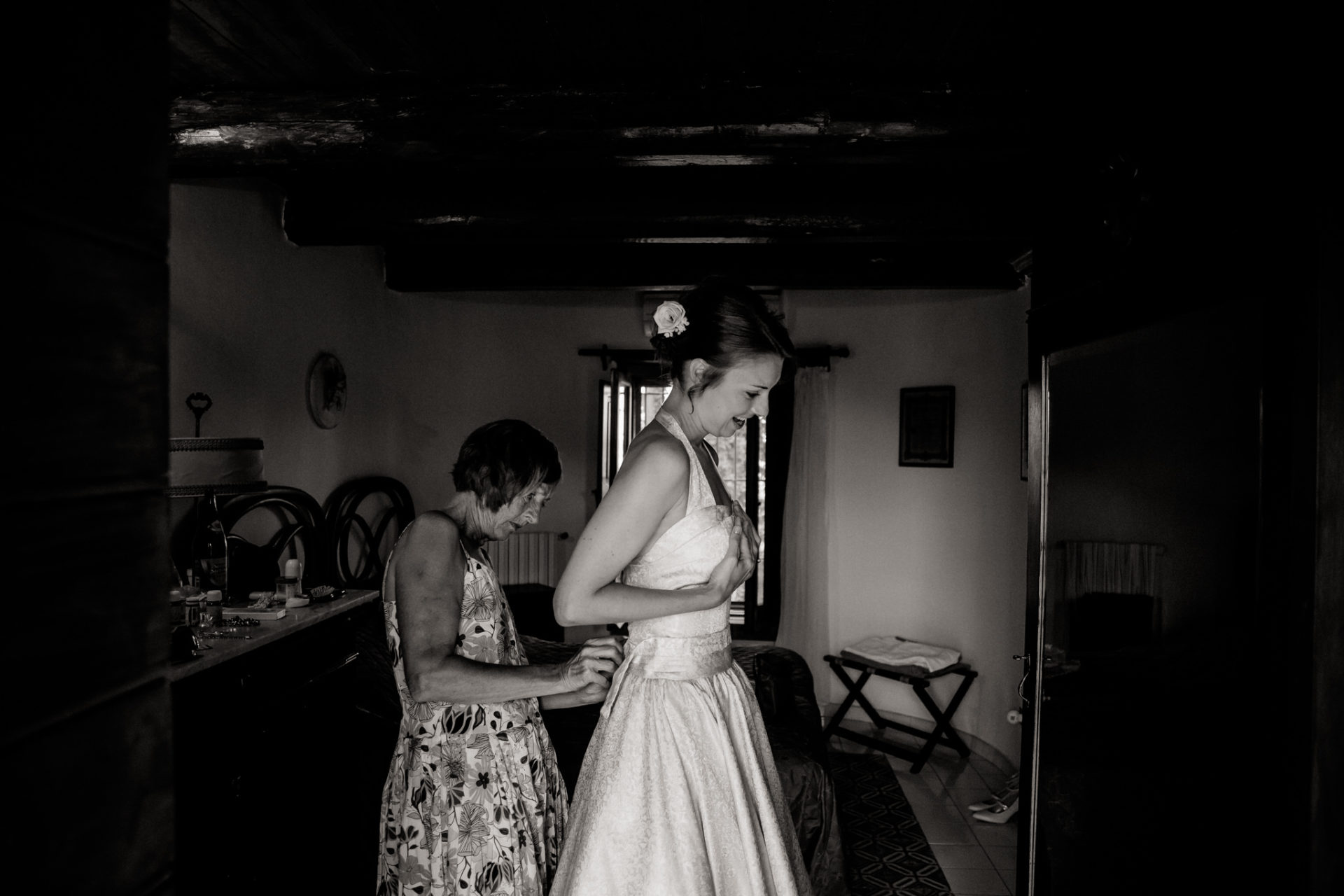 wedding photographer amalfi coast-italy wedding Paestum-bride getting ready