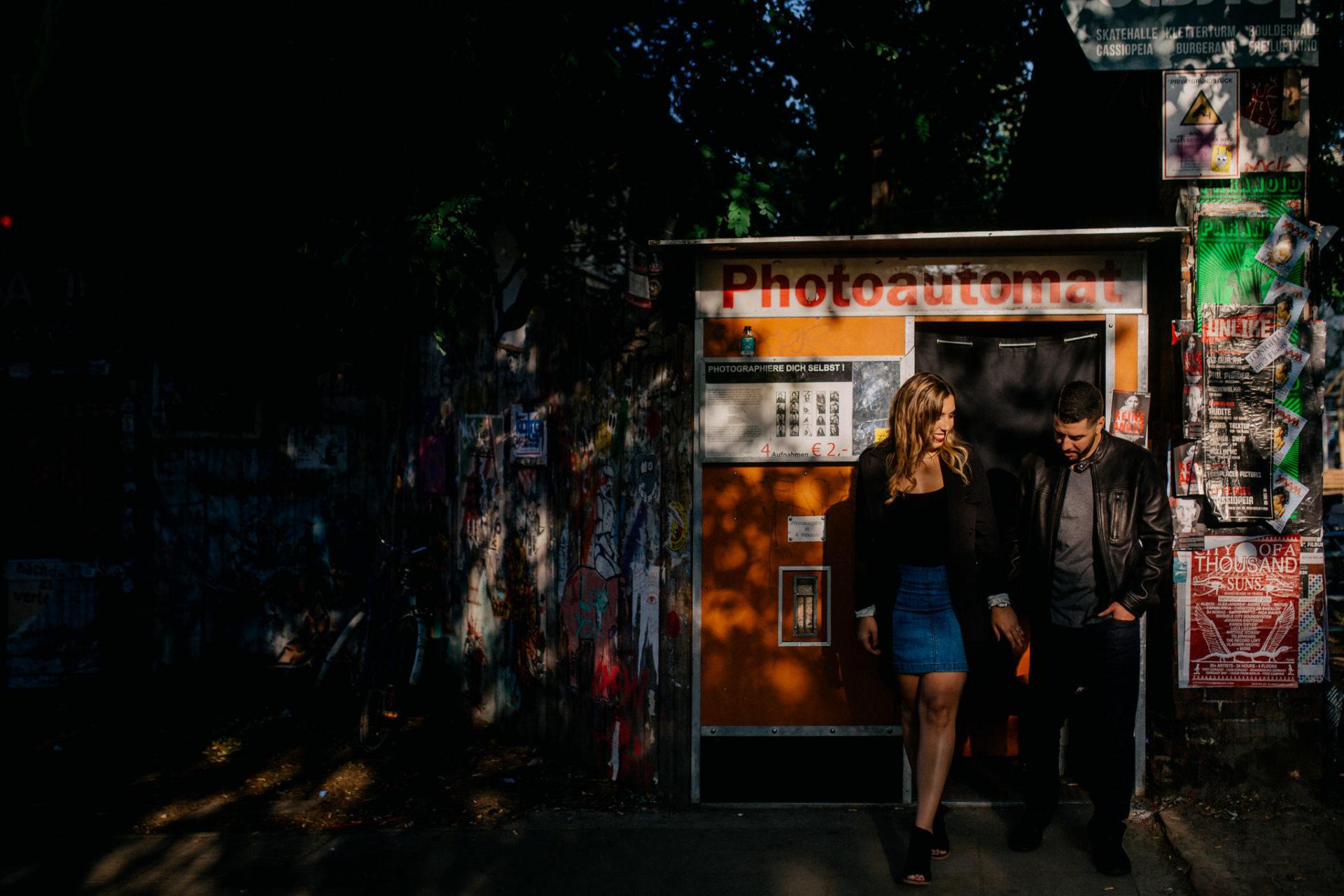 verlobungsfotos Berlin-RAW Gelände-Fotoautomat Berlin