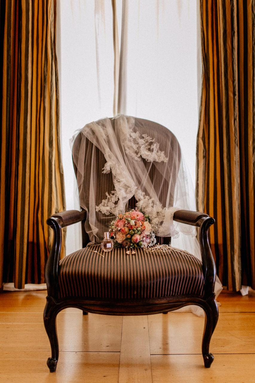 hochzeitsfotograf schloss heinsheim-elegant heiraten-bridal party-Getting Ready Braut-Schleier Brautstrauß-Haarschmuck Braut