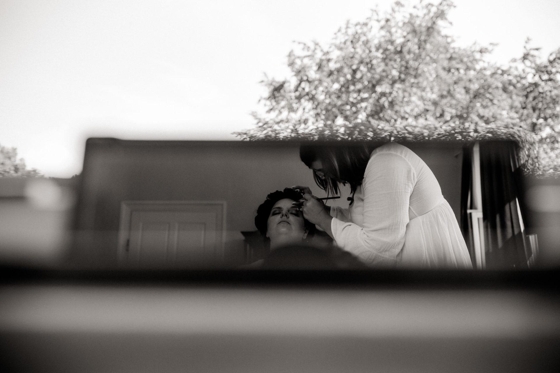 hochzeitsfotograf schloss heinsheim-elegant heiraten-bridal party-Brautmakeup-jessica kaser stylistin-portrait im spiegel