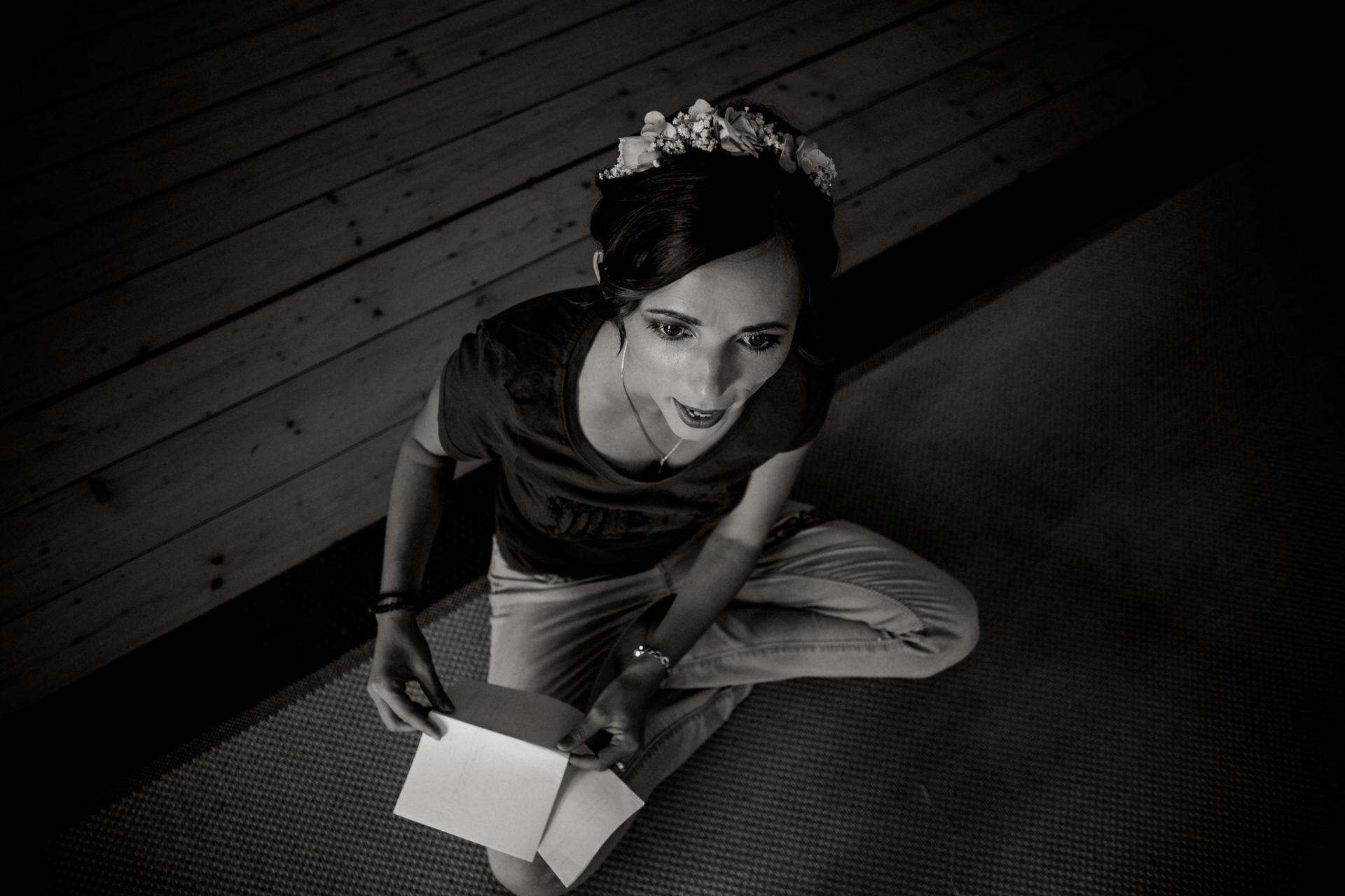 hochzeitsfotograf schloss heinsheim-elegant heiraten-bridal party-brautjungfer Haarschmuck-schwarzweiß Portrait