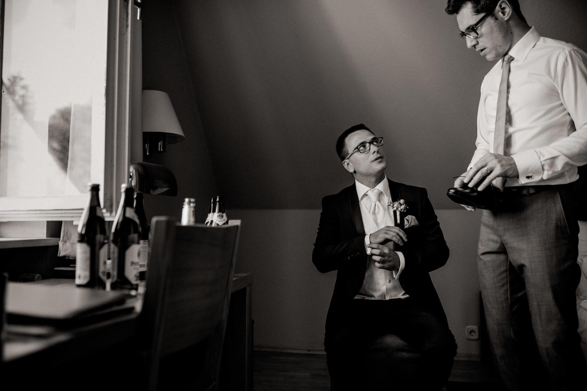 hochzeitsfotograf schloss heinsheim-elegant heiraten-Bräutigam getting ready-Brautführer-Anstecker echtblumen