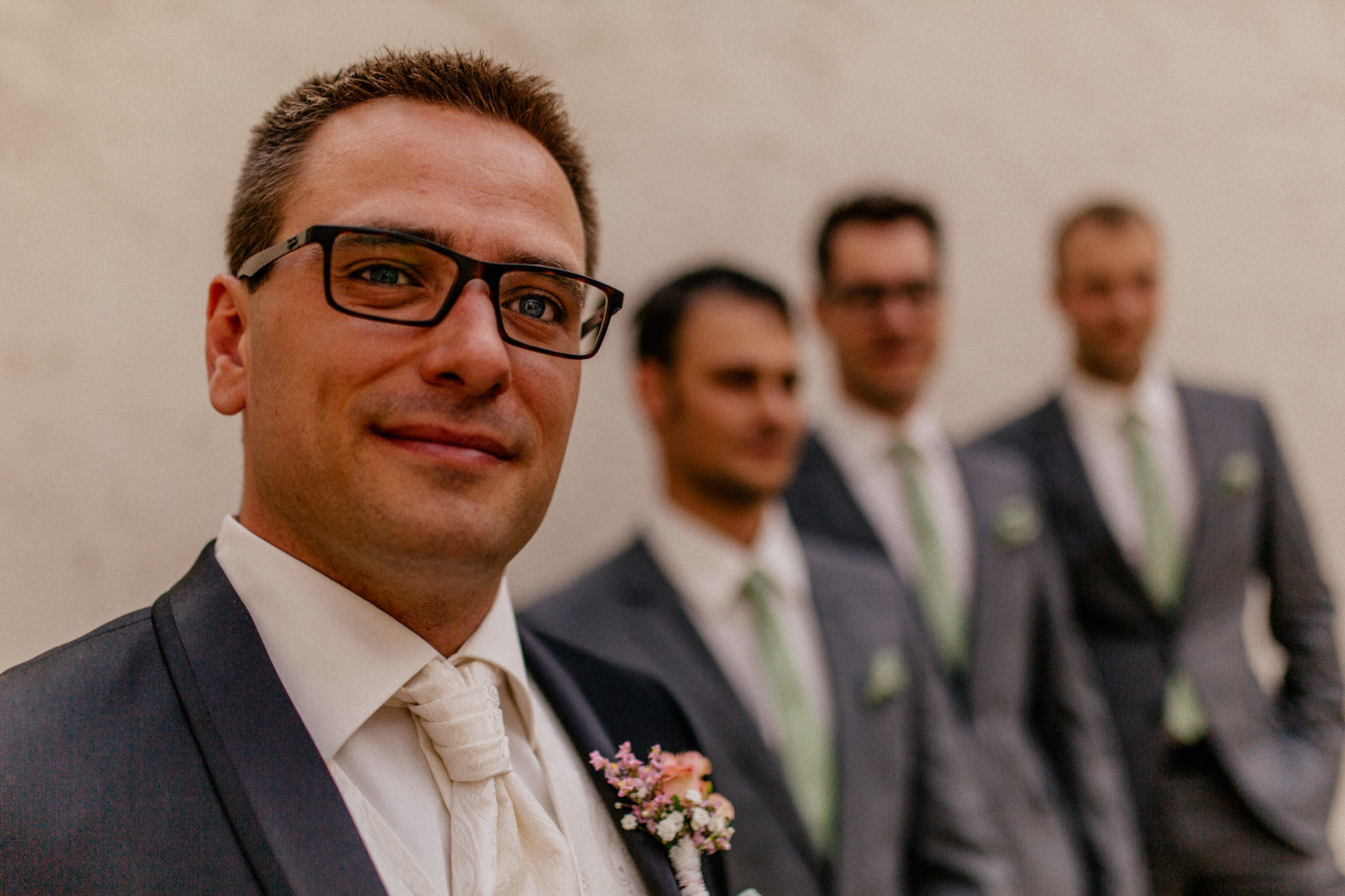hochzeitsfotograf schloss heinsheim-elegant heiraten-Bräutigam getting ready-Brautführer Outfit-Anstecker echtblumen