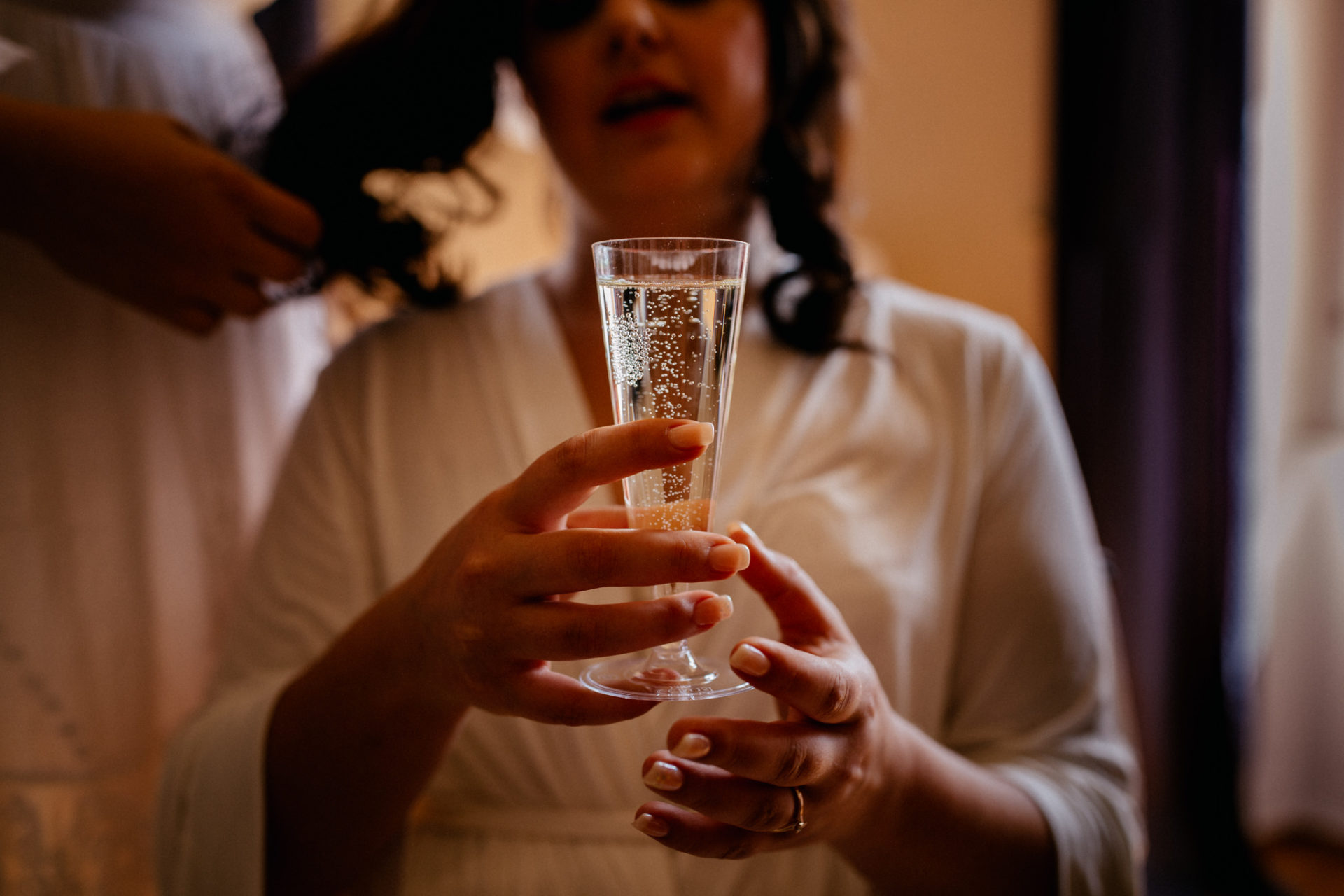 hochzeitsfotograf schloss heinsheim-elegant heiraten-Schafstall Heinsheim-getting ready braut-sekt trinken