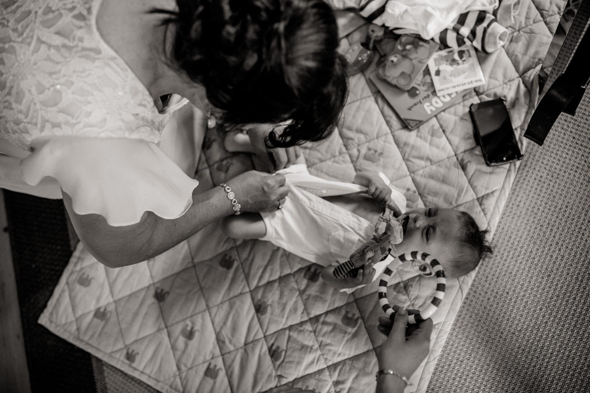 hochzeitsfotograf schloss heinsheim-elegant heiraten-Schafstall Heinsheim-Natürliche Portraits-Umgestellte Hochzeitsbilder-braut getting ready-brautjungfern