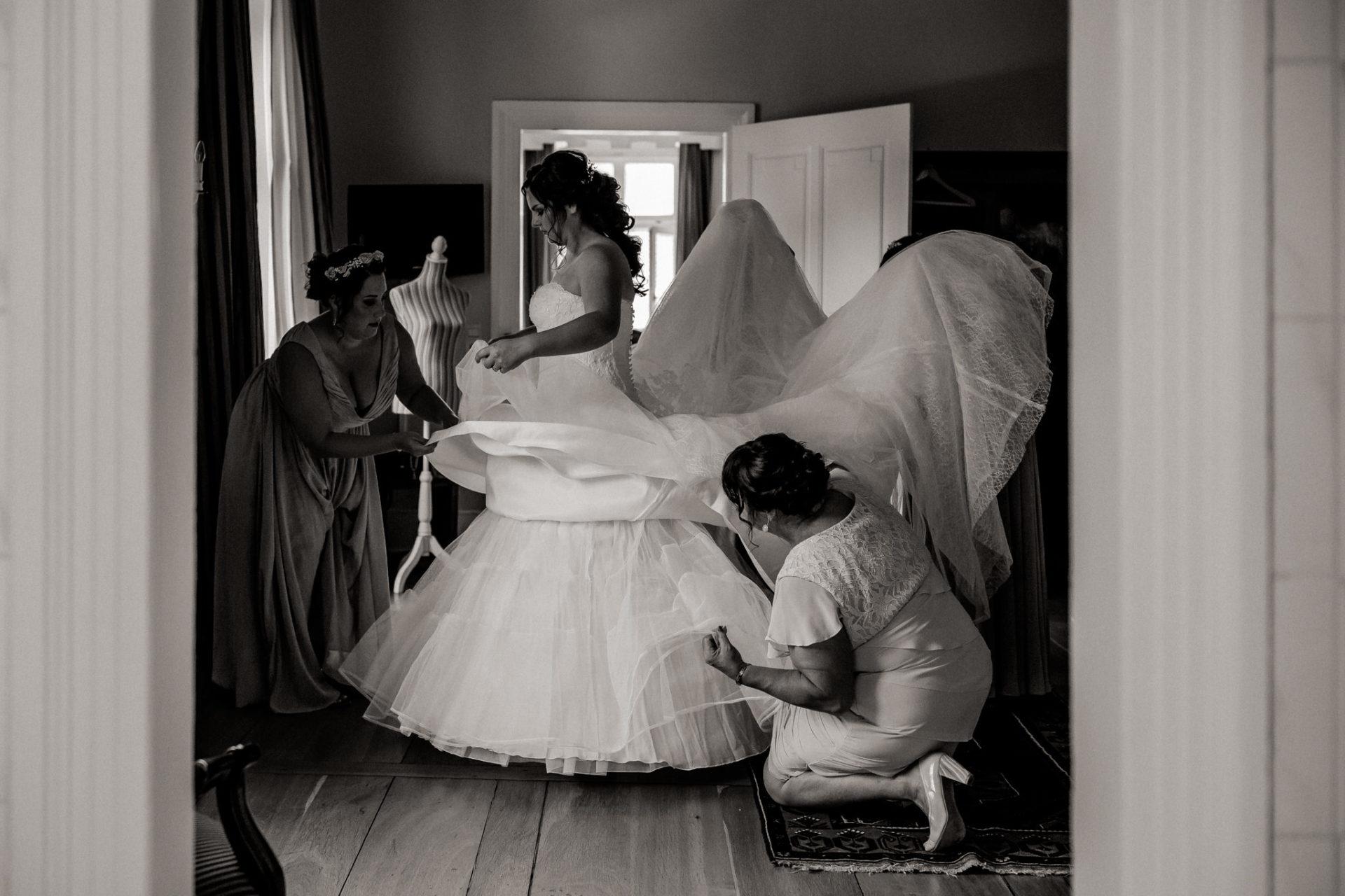 hochzeitsfotograf schloss heinsheim-elegant heiraten-Schafstall Heinsheim-Natürliche Portraits-Umgestellte Hochzeitsbilder-braut getting ready-reifrock anziehen-brautjungfern