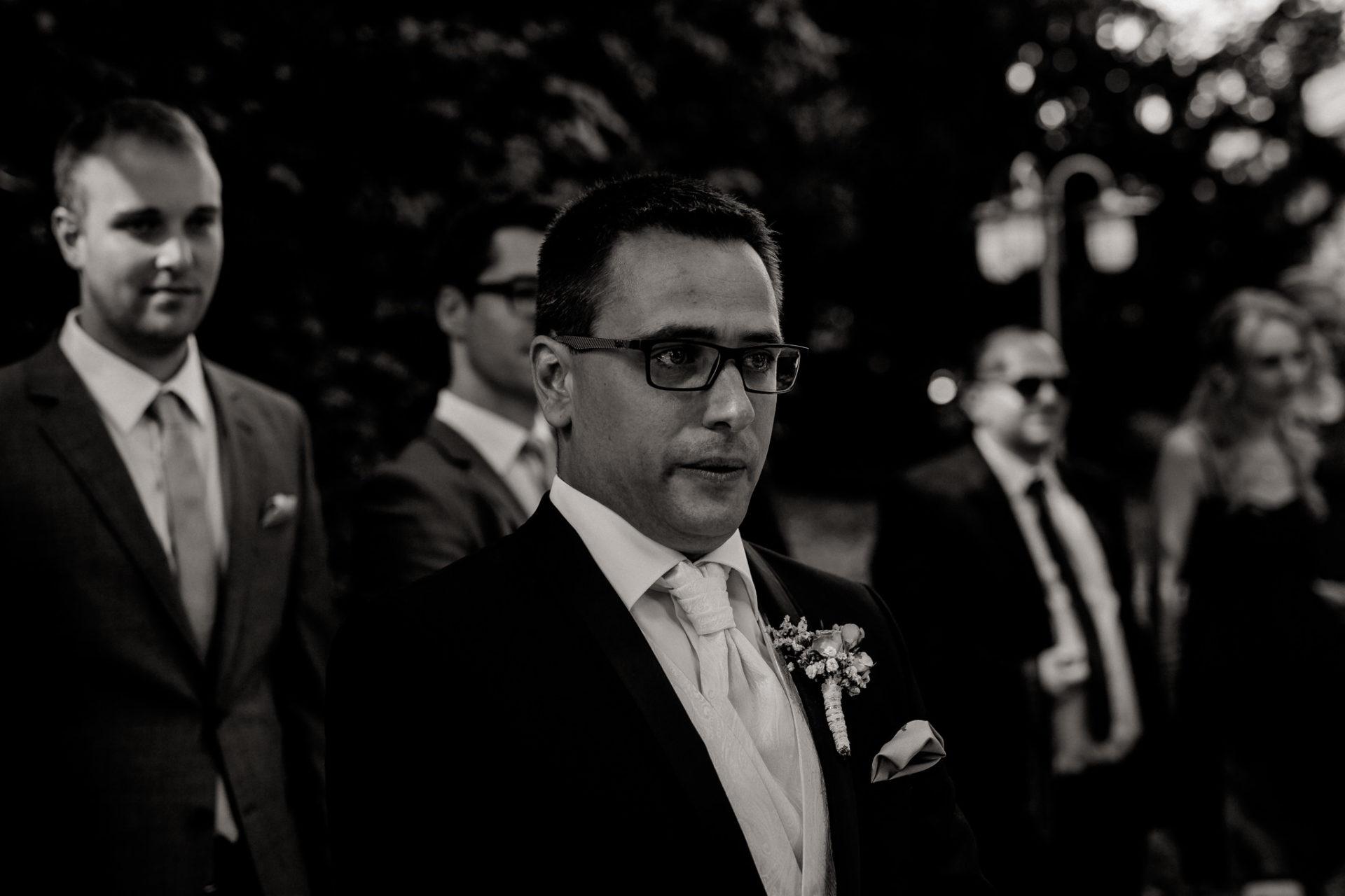 hochzeitsfotograf schloss heinsheim-elegant heiraten-Schafstall Heinsheim-Natürliche Portraits-Umgestellte Hochzeitsbilder-bräutigam emotionen