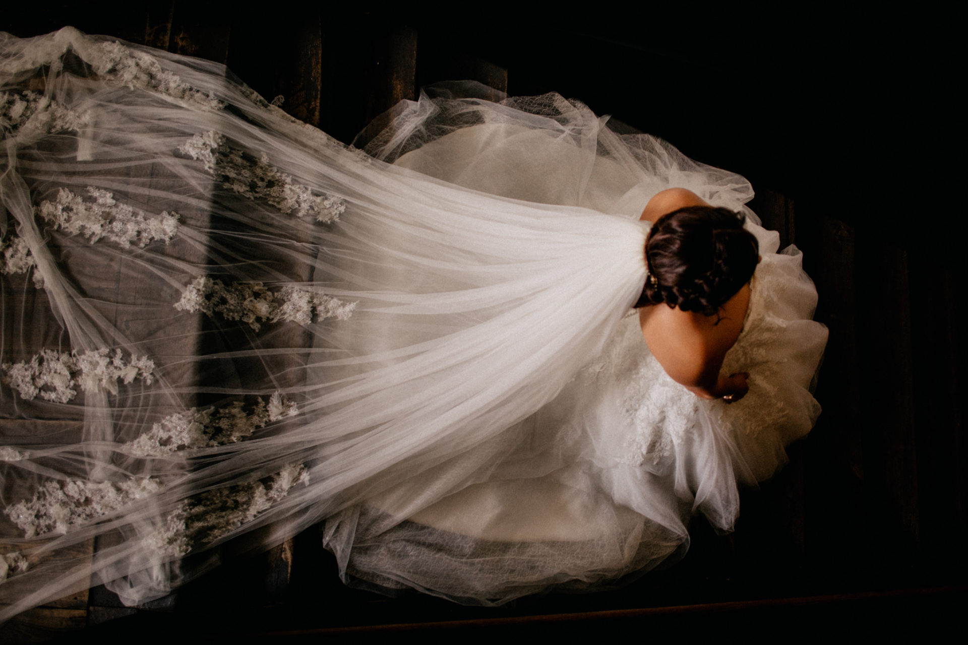 hochzeitsfotograf schloss heinsheim-elegant heiraten-Schafstall Heinsheim-Natürliche Portraits-Umgestellte Hochzeitsbilder-Braut Portraits-Brautkleid-langer Schleier Spitze