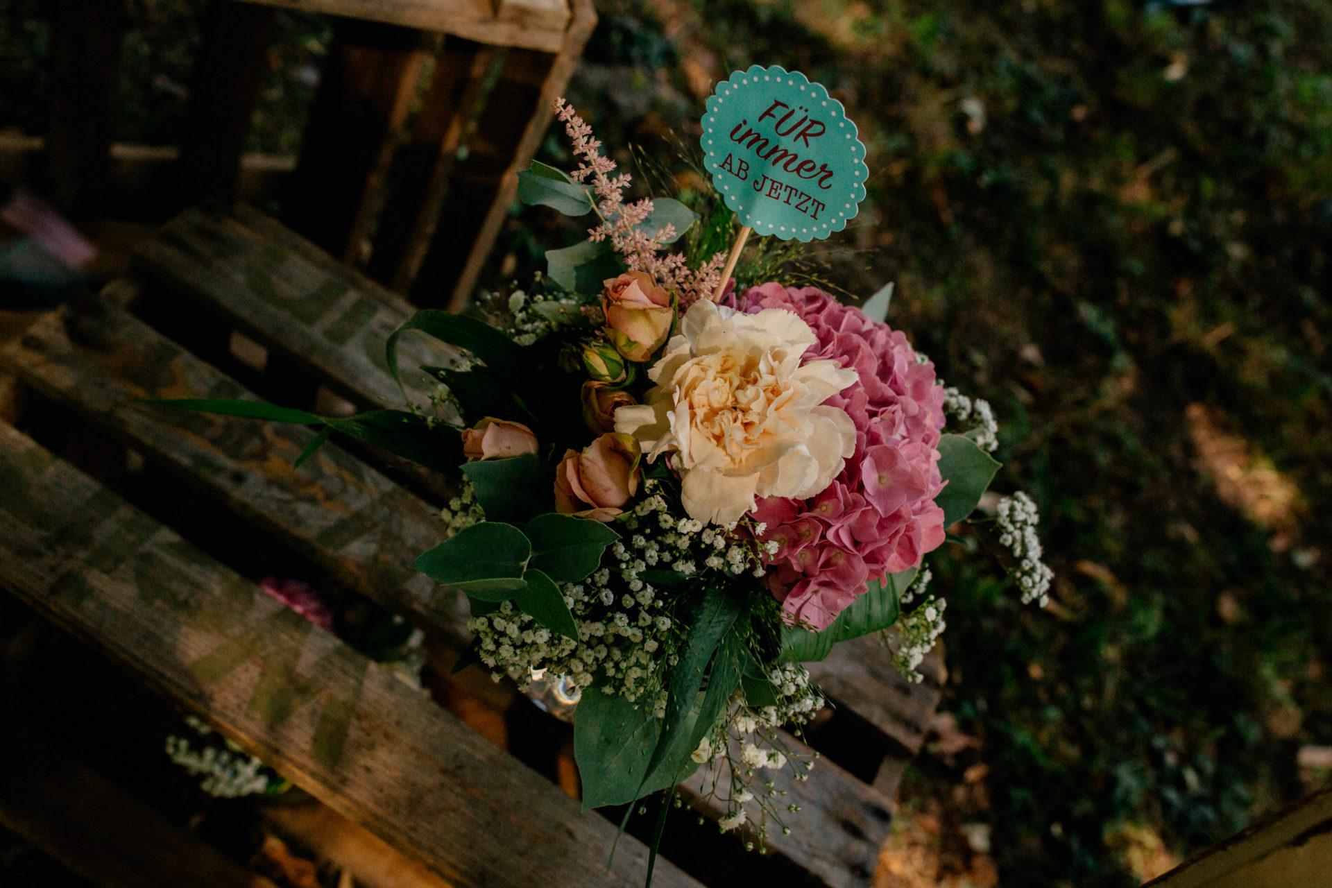 hochzeitsfotograf schloss heinsheim-elegant heiraten-Für immer ab jetzt hochzeitsmotto-Blumendeko-Farbschema mint rosa weiß
