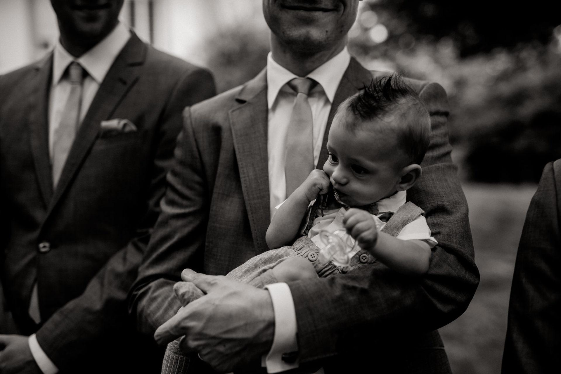 hochzeitsfotograf schloss heinsheim-elegant heiraten-Schafstall Heinsheim-Natürliche Portraits-Umgestellte Hochzeitsbilder-Freie Trauung Sabine John Traumar-Baby Anzug Hochzeit