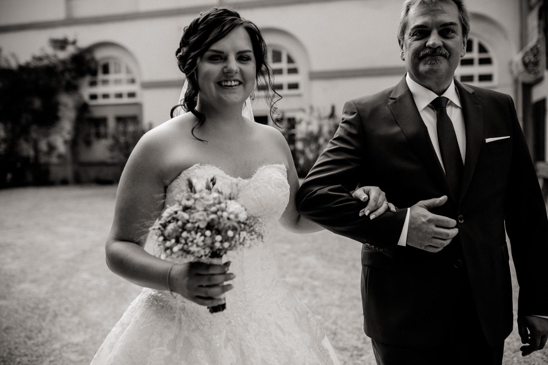 hochzeitsfotograf schloss heinsheim-elegant heiraten-Schafstall Heinsheim-Natürliche Portraits-Umgestellte Hochzeitsbilder-Freie Trauung im Park-Brautvater führt Tochter