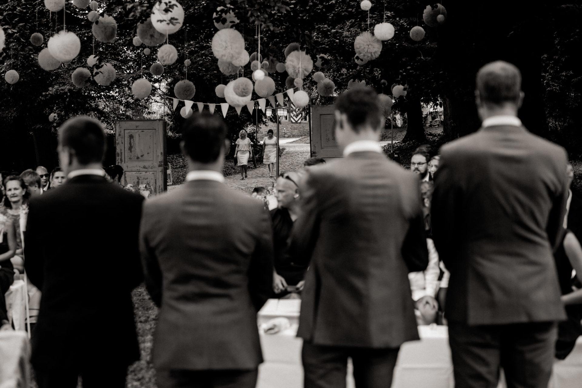hochzeitsfotograf schloss heinsheim-elegant heiraten-Schafstall Heinsheim-Natürliche Portraits-Umgestellte Hochzeitsbilder-Freie Trauung Sabine John Traubar-Emotionale Traurede