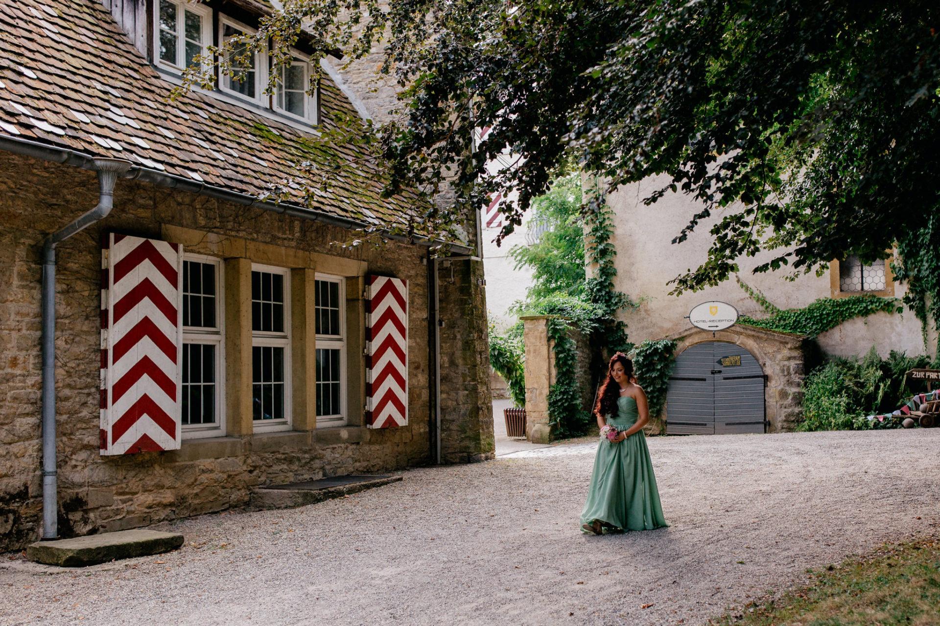 hochzeitsfotograf schloss heinsheim-elegant heiraten-Schafstall Heinsheim-Natürliche Portraits-Umgestellte Hochzeitsbilder-Freie Trauung-Brautjungfer