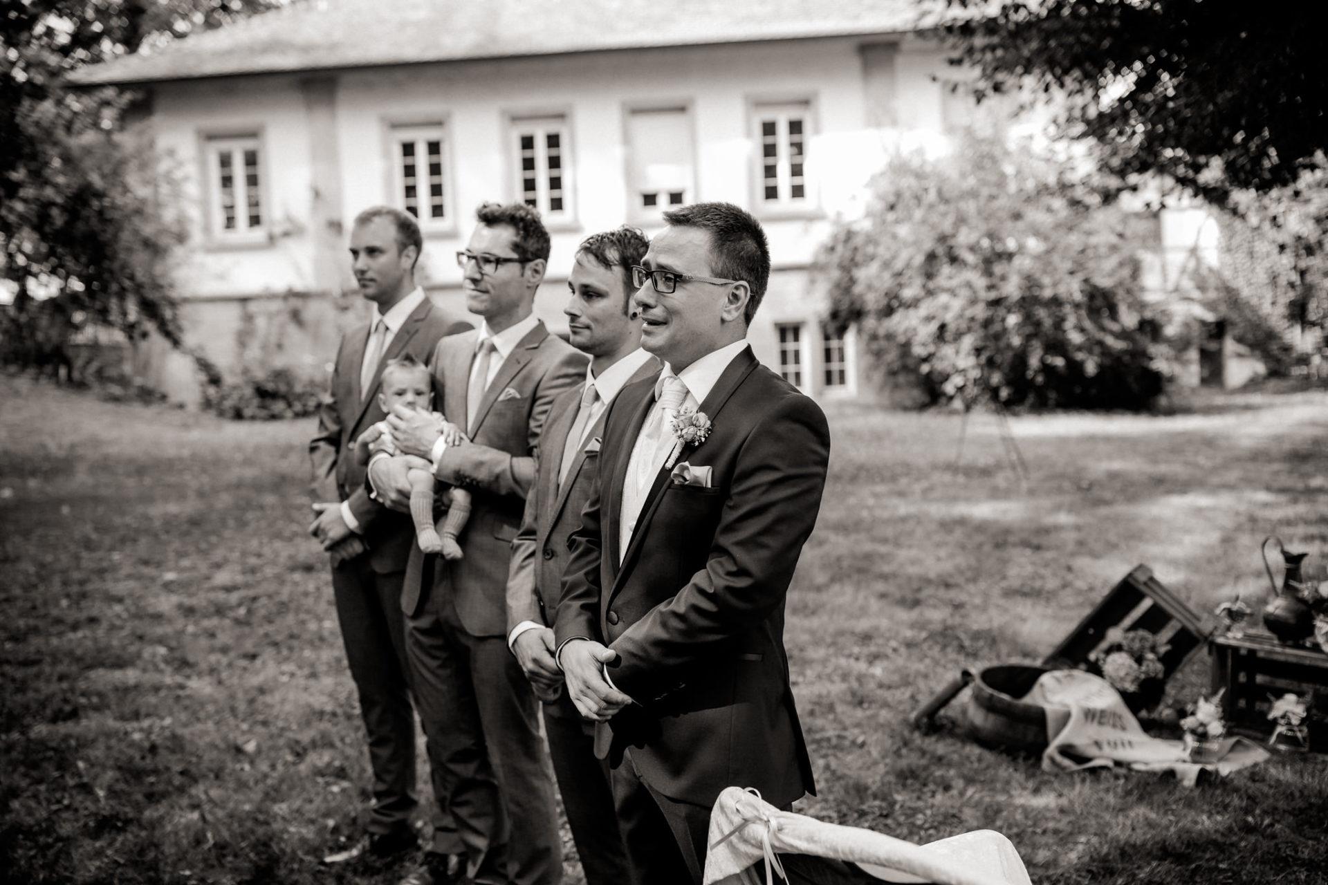 hochzeitsfotograf schloss heinsheim-elegant heiraten-Schafstall Heinsheim-Natürliche Portraits-Umgestellte Hochzeitsbilder-Freie Trauung-emotionen Bräutigam-