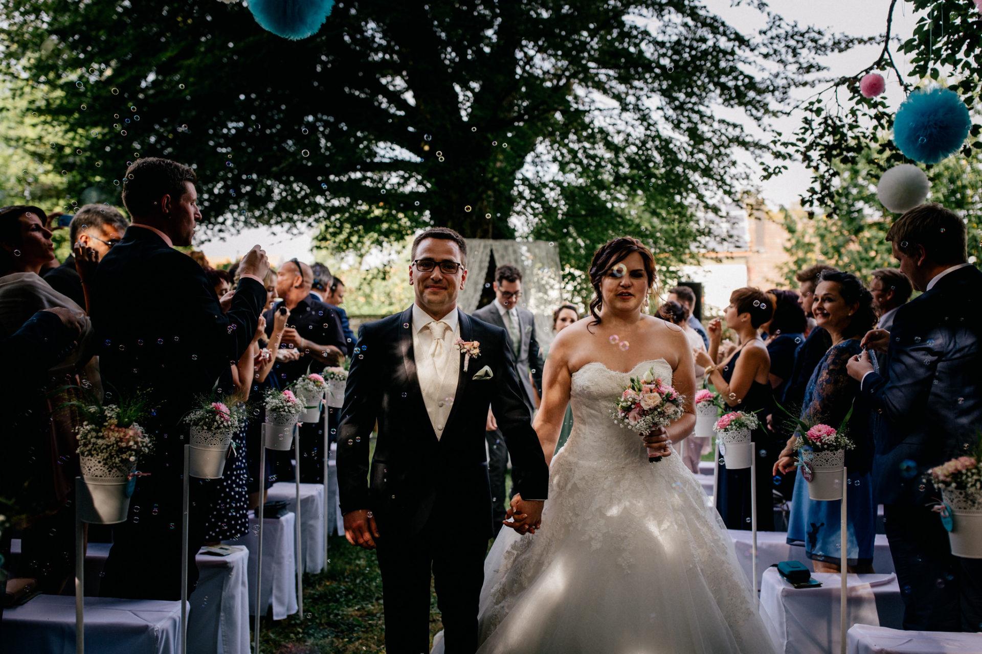 hochzeitsfotograf schloss heinsheim-elegant heiraten-Schafstall Heinsheim-Natürliche Portraits-Umgestellte Hochzeitsbilder-walking down the isle-Seifenblasenauszug