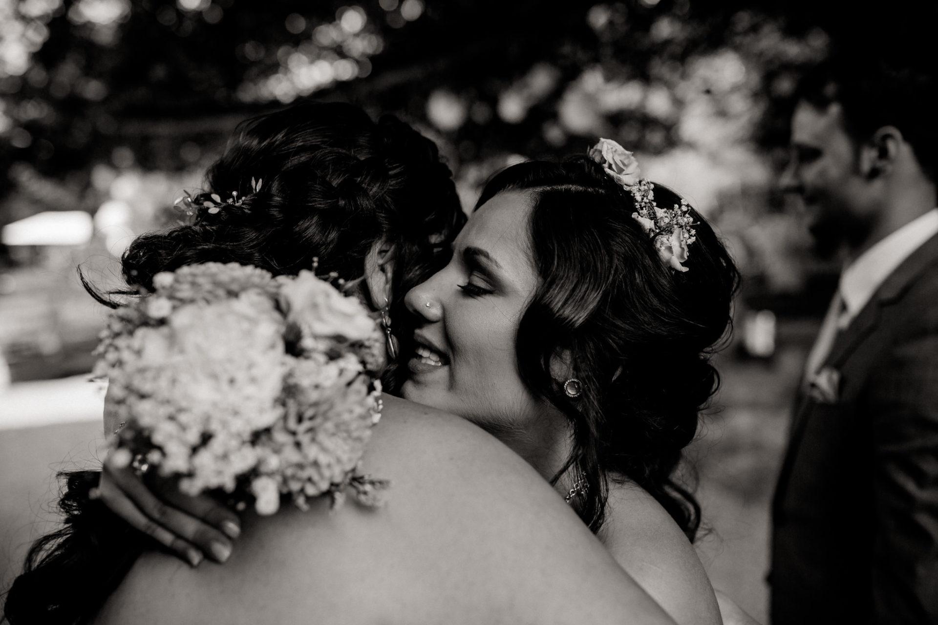 hochzeitsfotograf schloss heinsheim-elegant heiraten-Schafstall Heinsheim-Natürliche Portraits-Umgestellte Hochzeitsbilder-Gratulationen