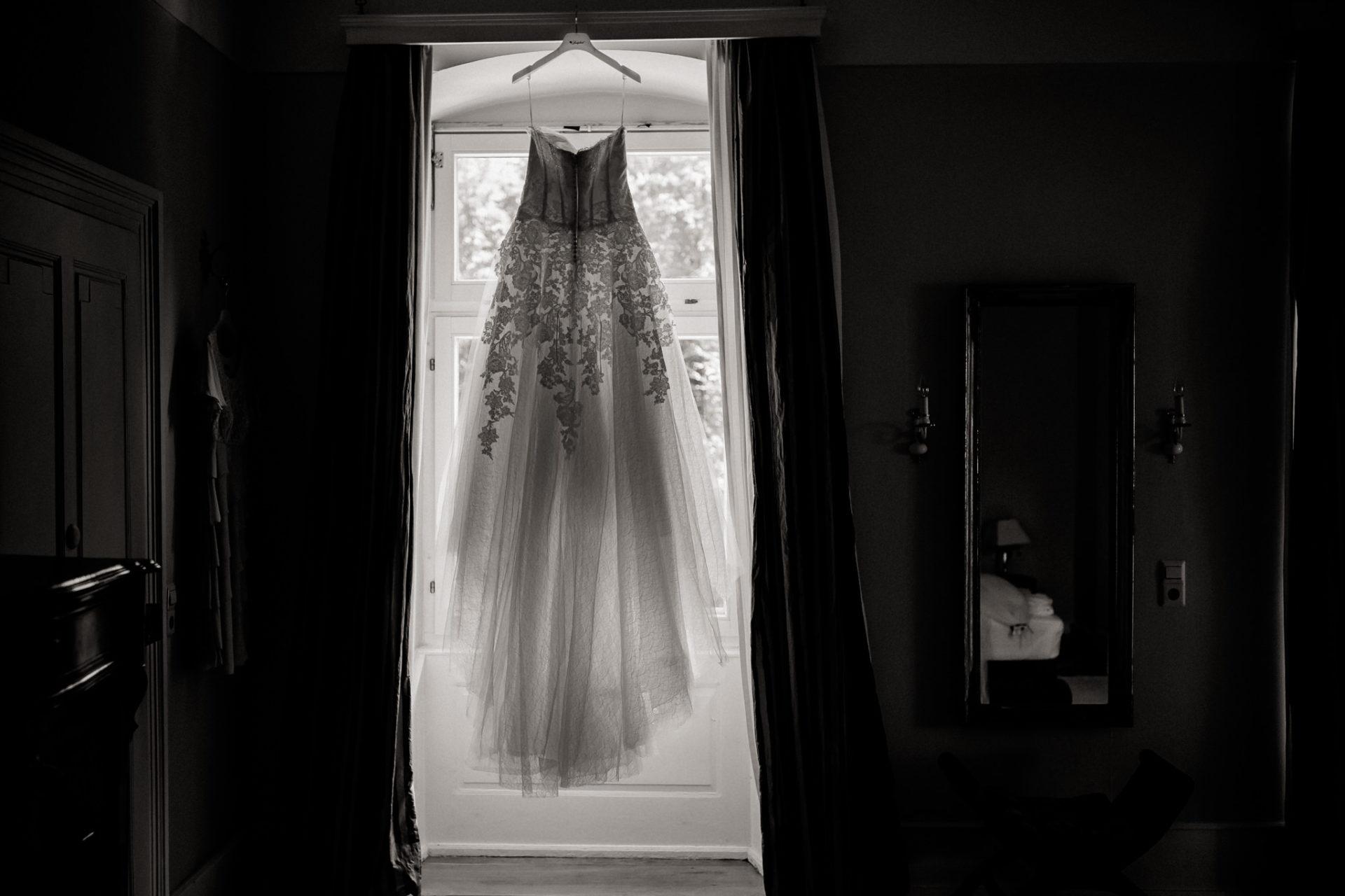 hochzeitsfotograf schloss heinsheim-elegant heiraten-bridal party-Getting Ready Braut-Brautkleid lange schleppe