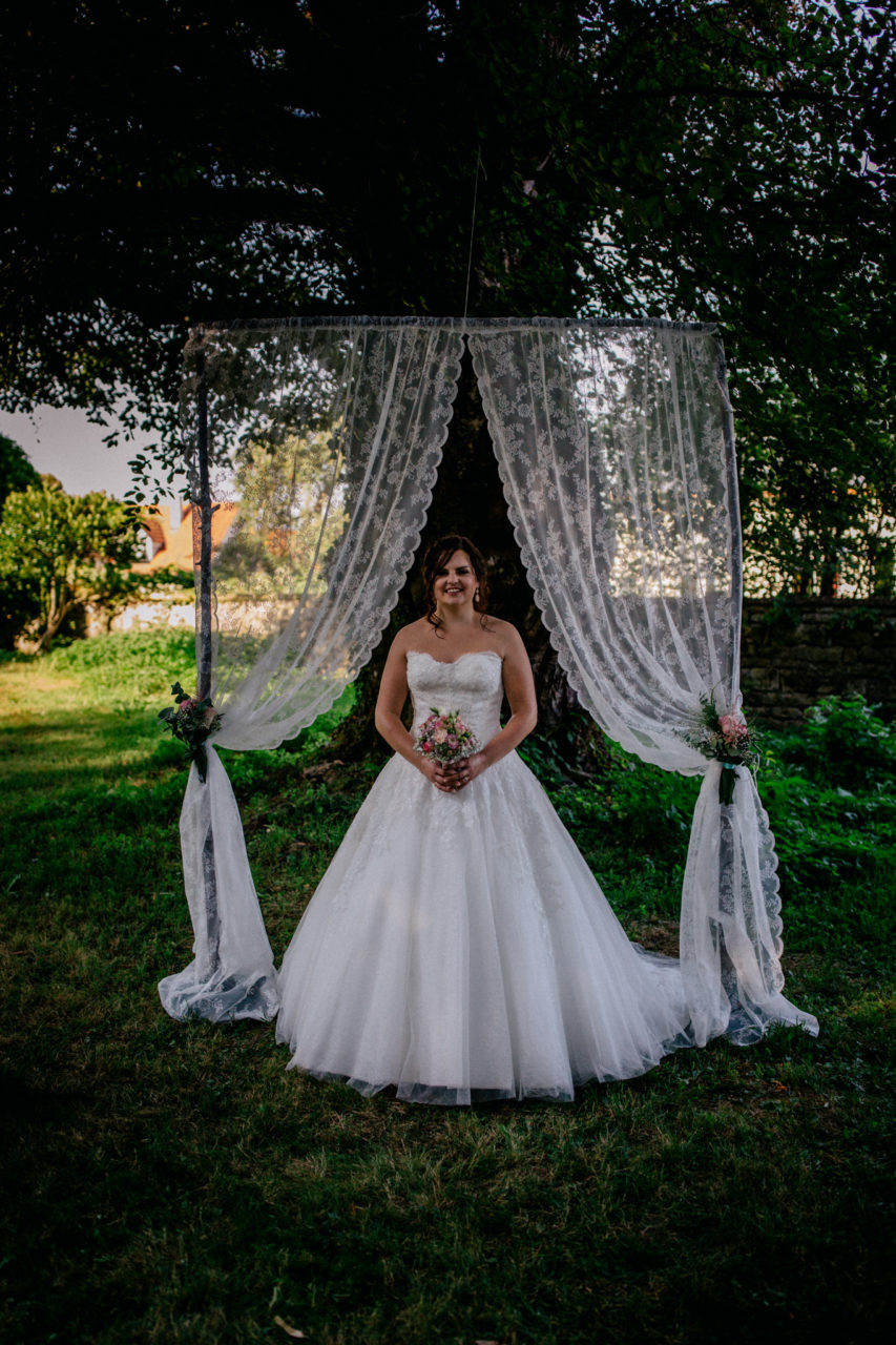 hochzeitsfotograf schloss heinsheim-elegant heiraten-Schafstall Heinsheim-Natürliche Portraits-Treubogen aus Spitze-Brautportrait