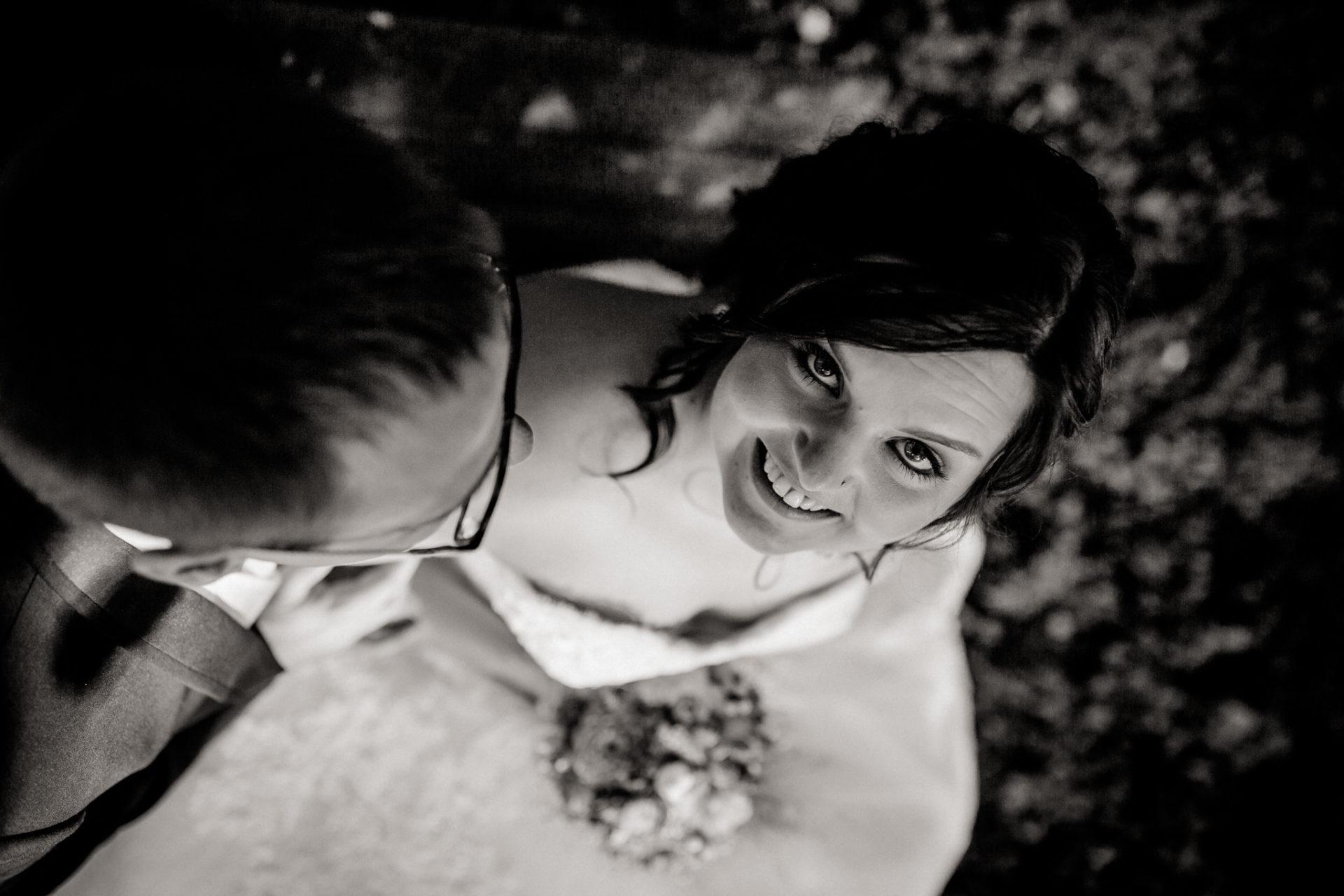 hochzeitsfotograf schloss heinsheim-elegant heiraten-Schafstall Heinsheim-Natürliche Portraits-schwarzweiß-Braut und Bräutigam