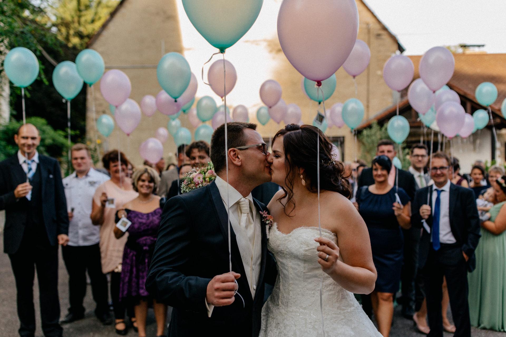 hochzeitsfotograf schloss heinsheim-elegant heiraten-Schafstall Heinsheim-Gruppenfoto Luftballon