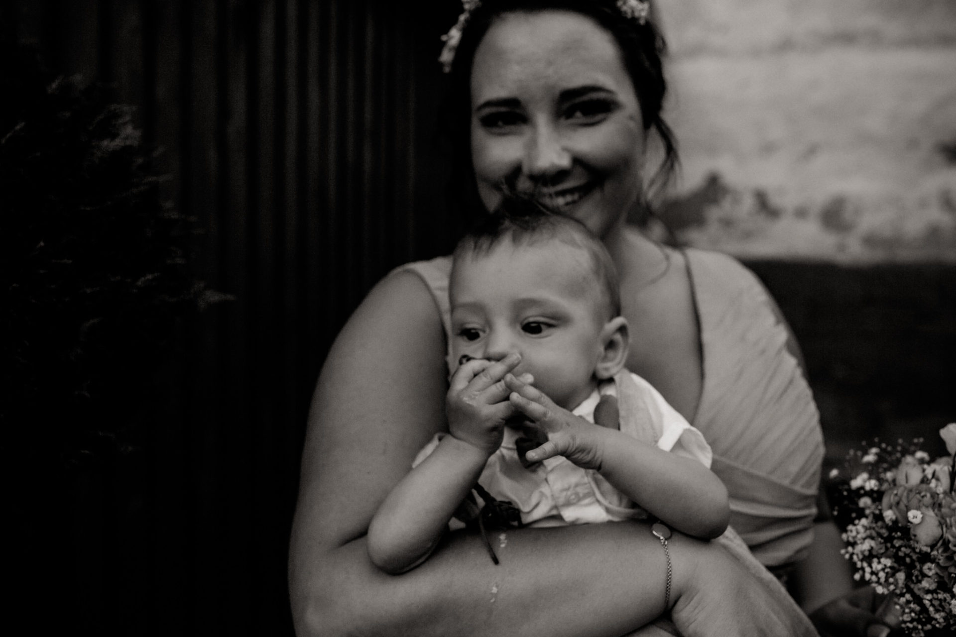 hochzeitsfotograf schloss heinsheim-elegant heiraten-Schafstall Heinsheim-Familienfotos-Natürliche Portraits-baby anzug