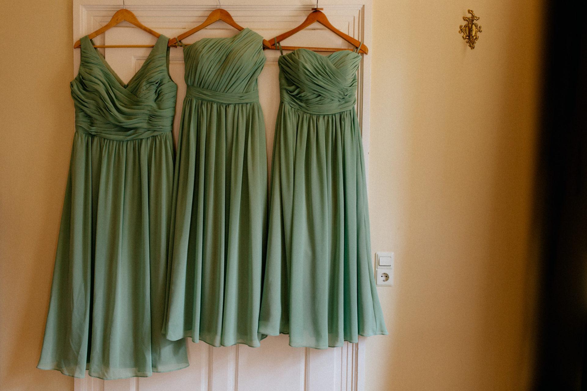 hochzeitsfotograf schloss heinsheim-elegant heiraten-bridal party-Getting Ready Braut-Brautjunfernkleider