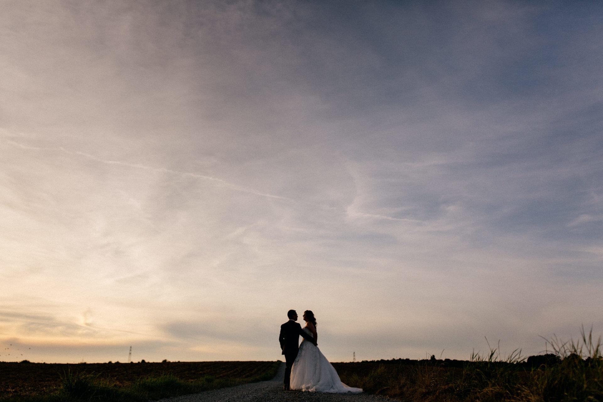 hochzeitsfotograf schloss heinsheim-elegant heiraten-Schafstall Heinsheim-sonnenuntergang portraits-brautpaar-kreative hochzeitsbilder