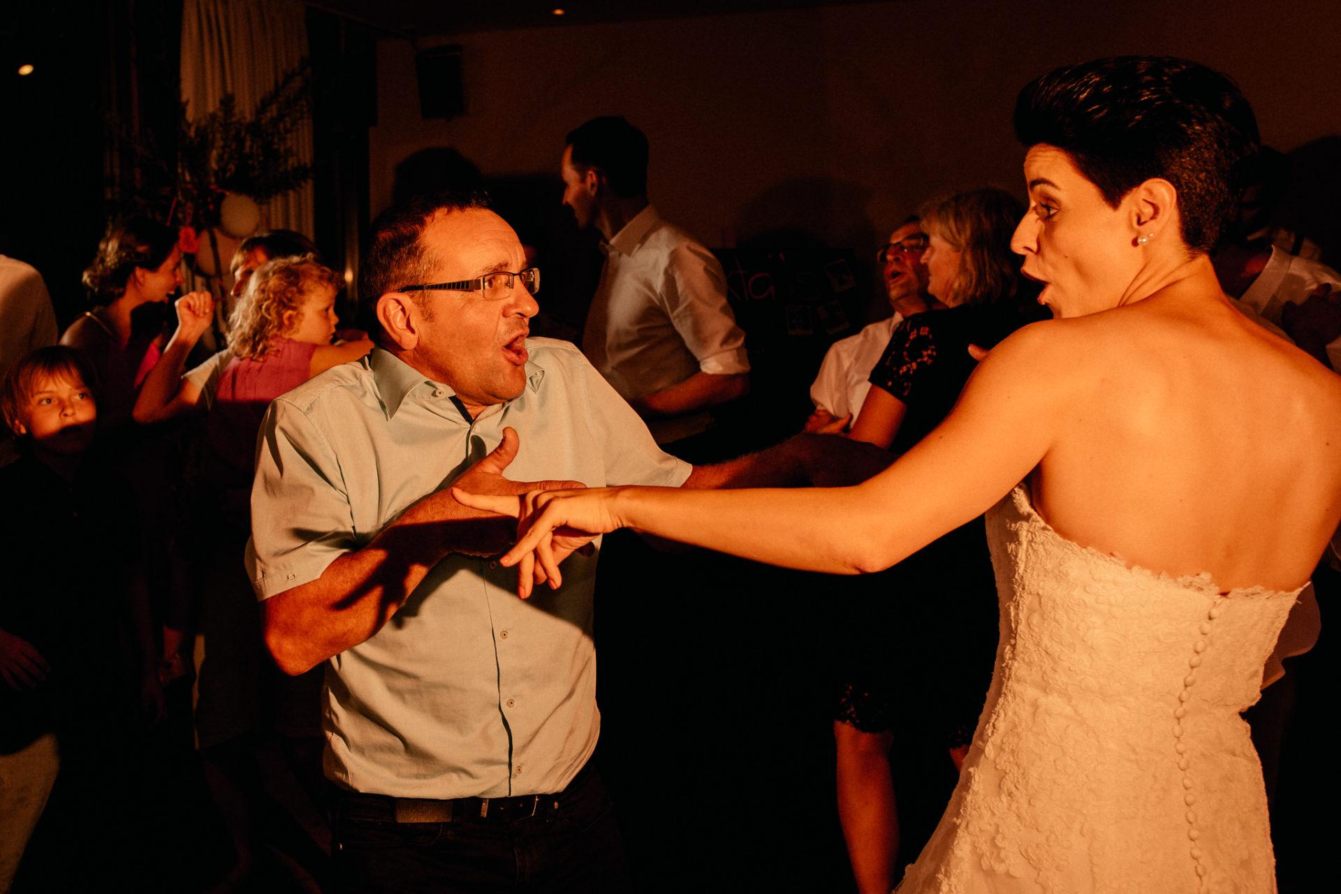 Weingut Fitz Ritter Hochzeitsfotograf-heiraten Pfalz-Sommerhochzeit Tanz Party Braut